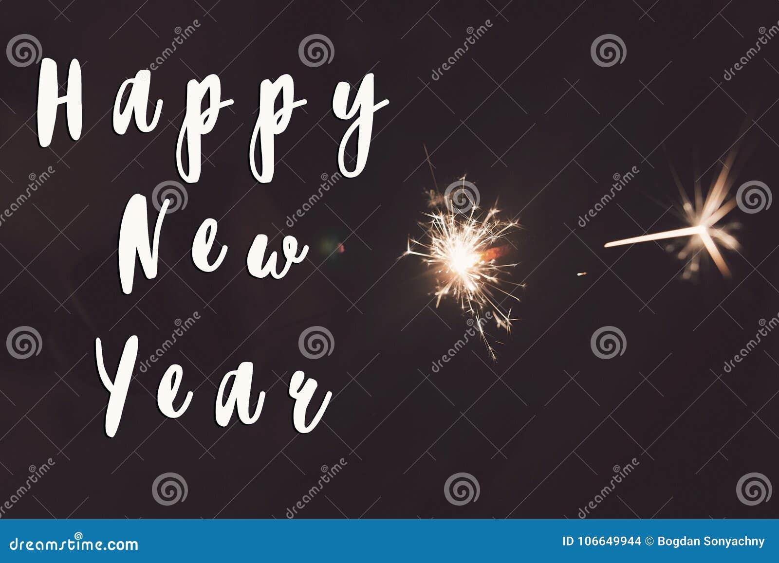 Het gelukkige nieuwe teken van de jaartekst, gelukkig nieuw jaar en vrolijk Kerstmisconcept handholding het branden