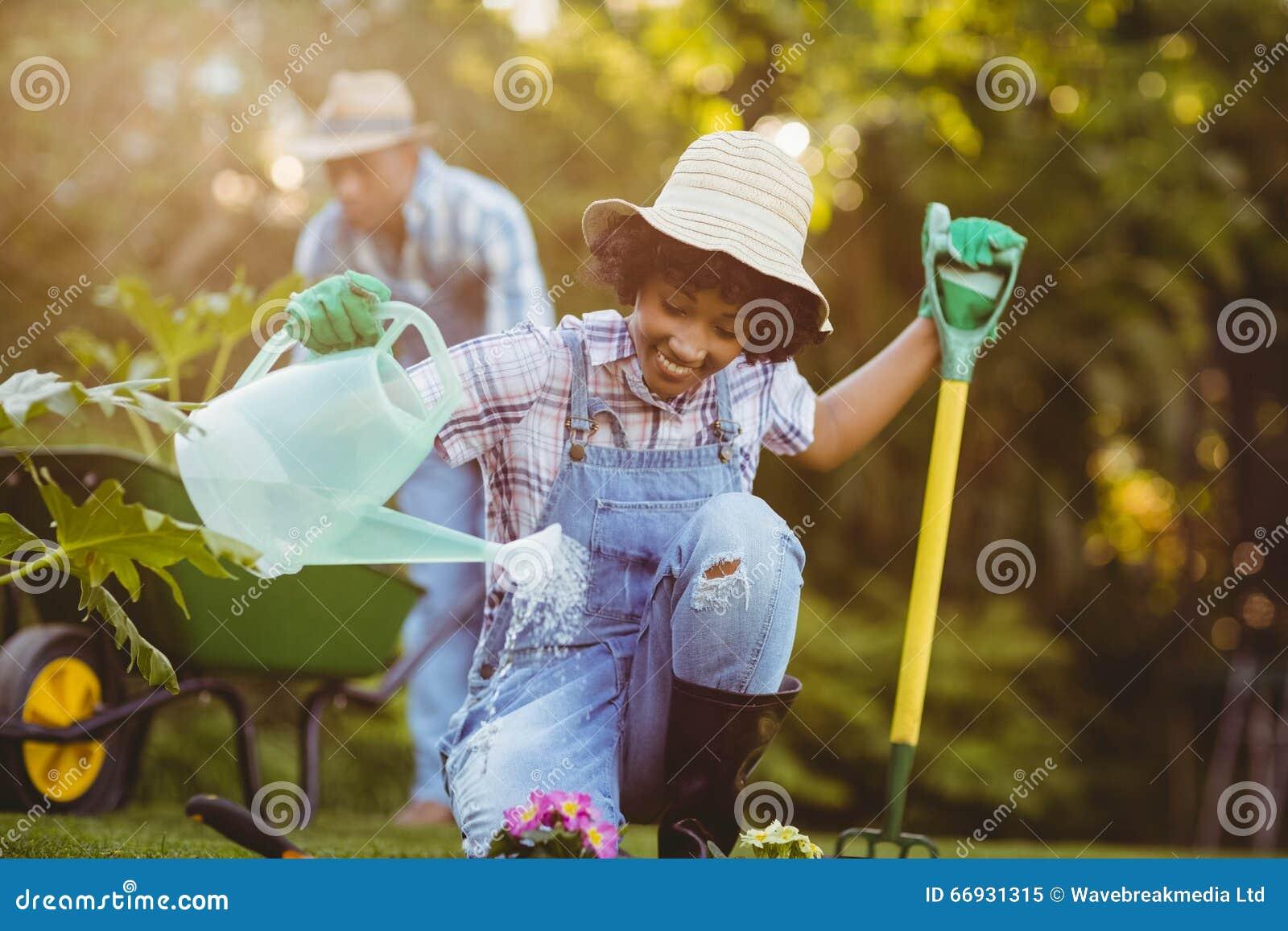 Het gelukkige paar tuinieren