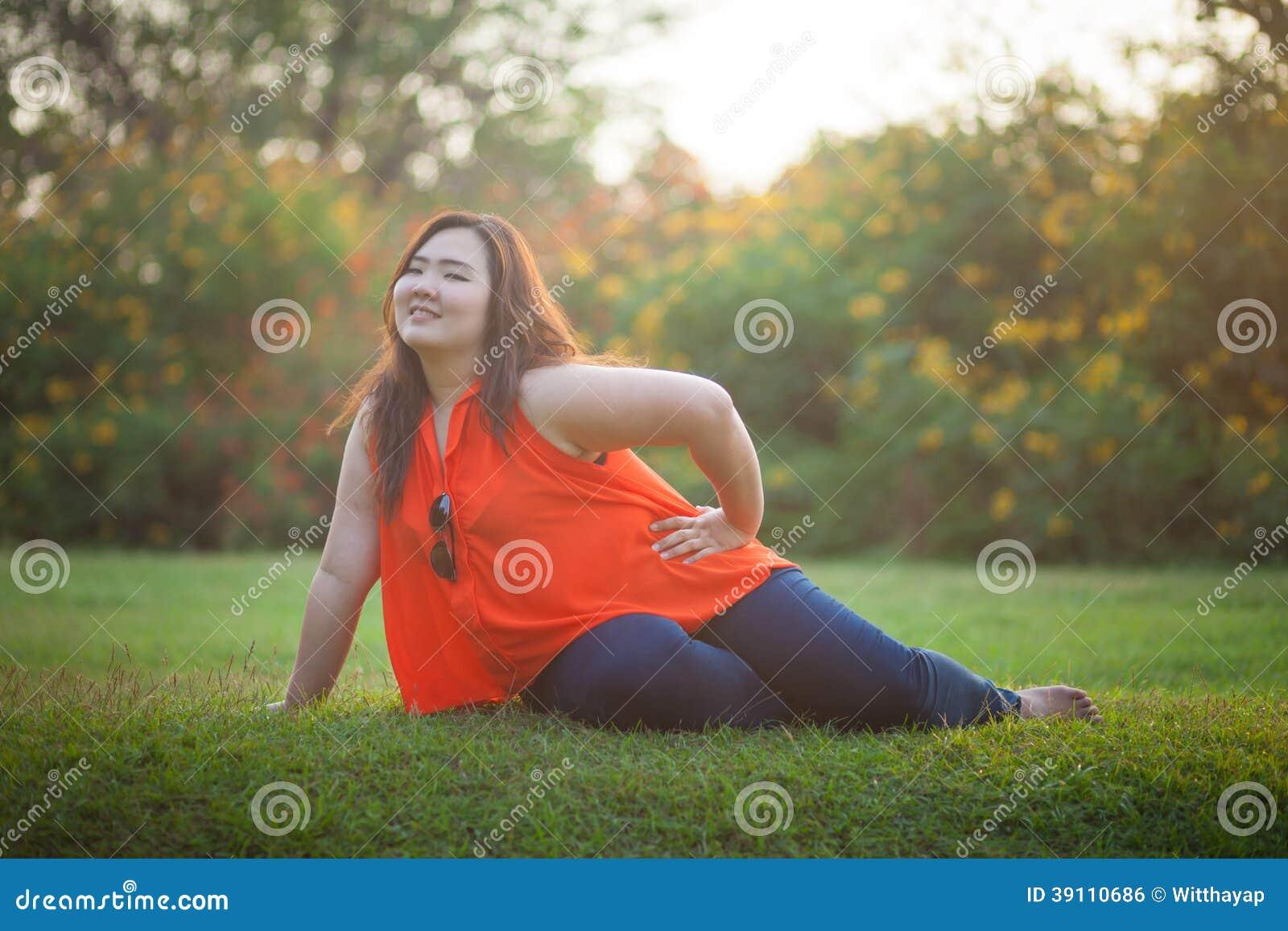 Het gelukkige vettige vrouw openlucht stellen