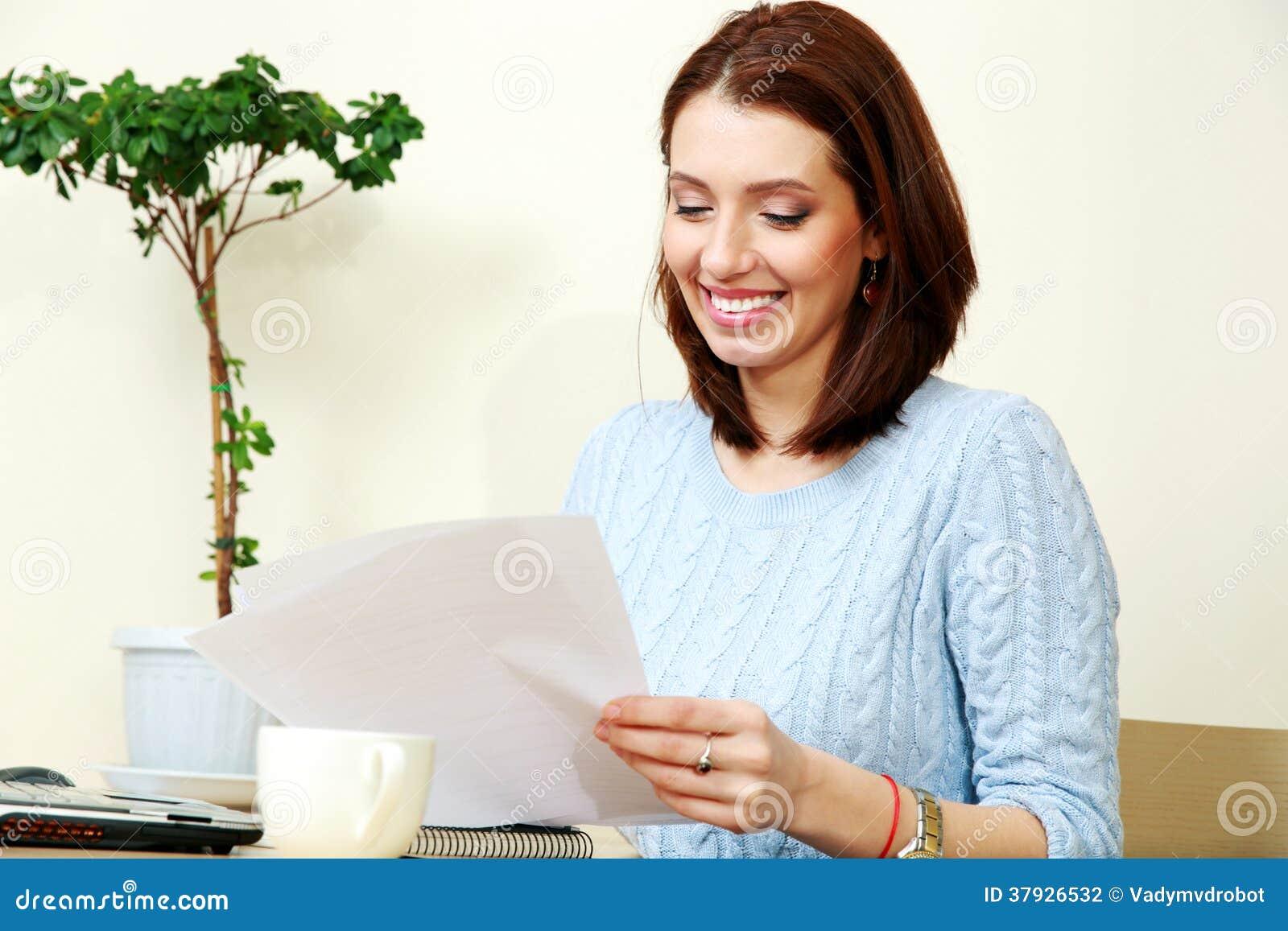 Het gelukkige vrouw werken