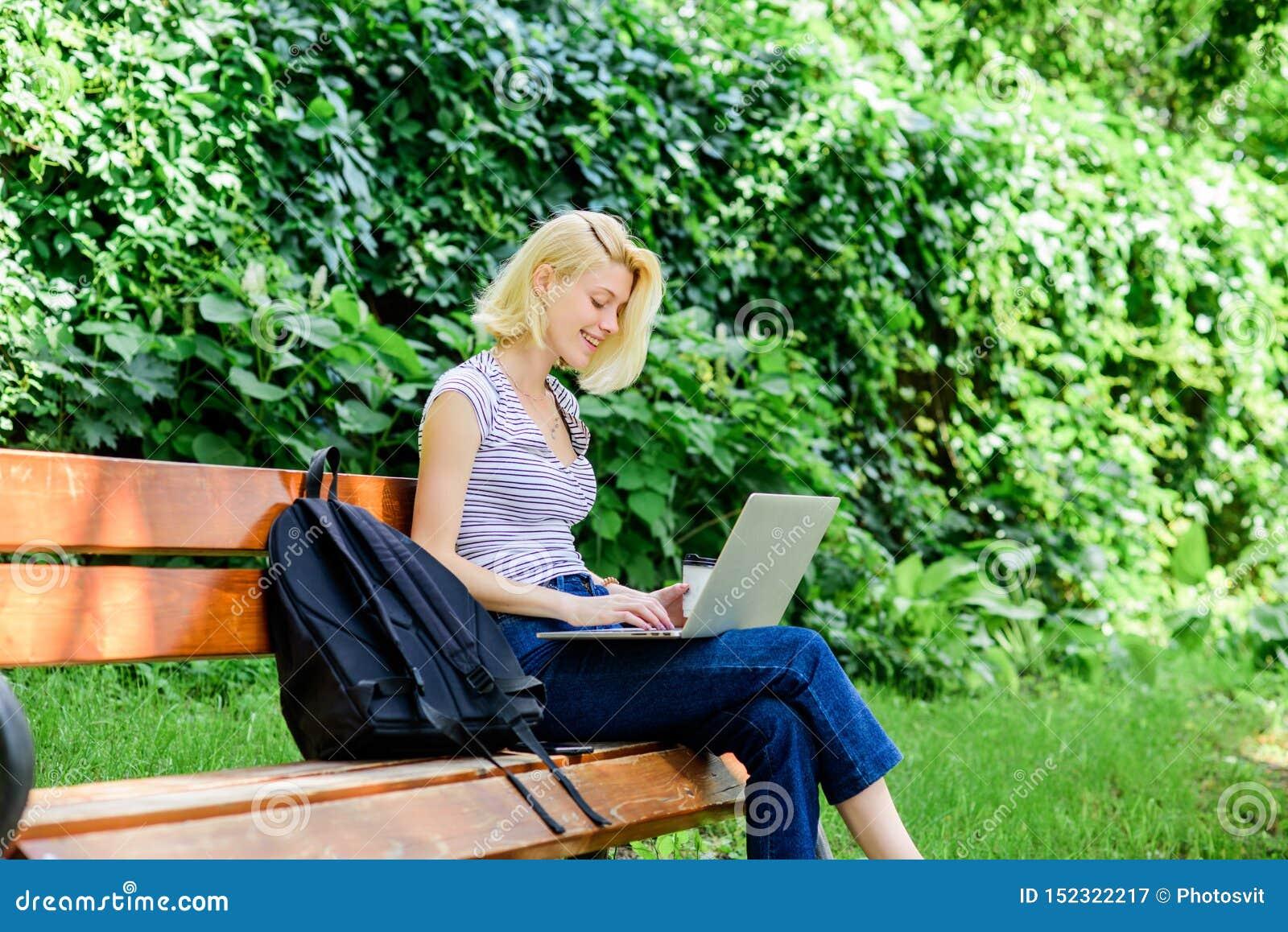 Het gelukkige vrouwenwerk aangaande laptop het moderne bedrijfsvrouwenwerk openlucht Bedrijfs mededeling koffiepauze bij bedrijfs