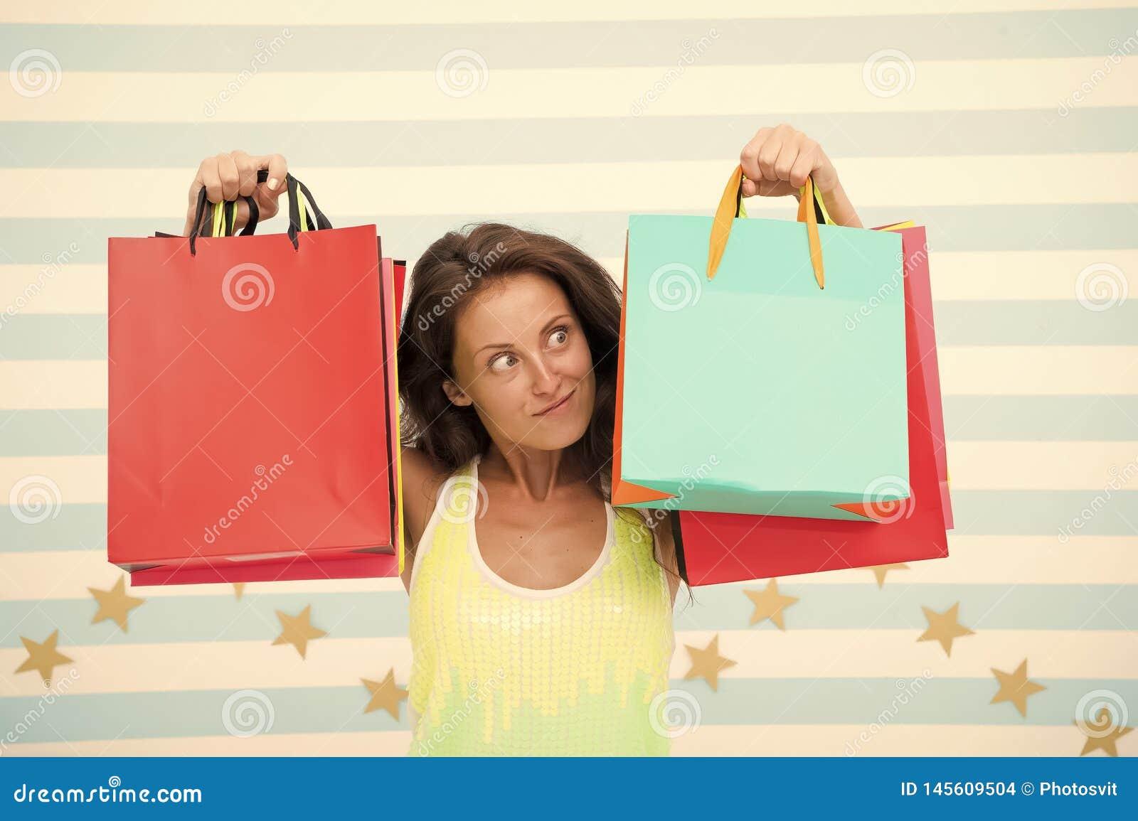 Het gelukkige winkelen verrast meisje met het winkelen zakken op verkoop, exemplaarruimte elektronische handel marketing en Inter