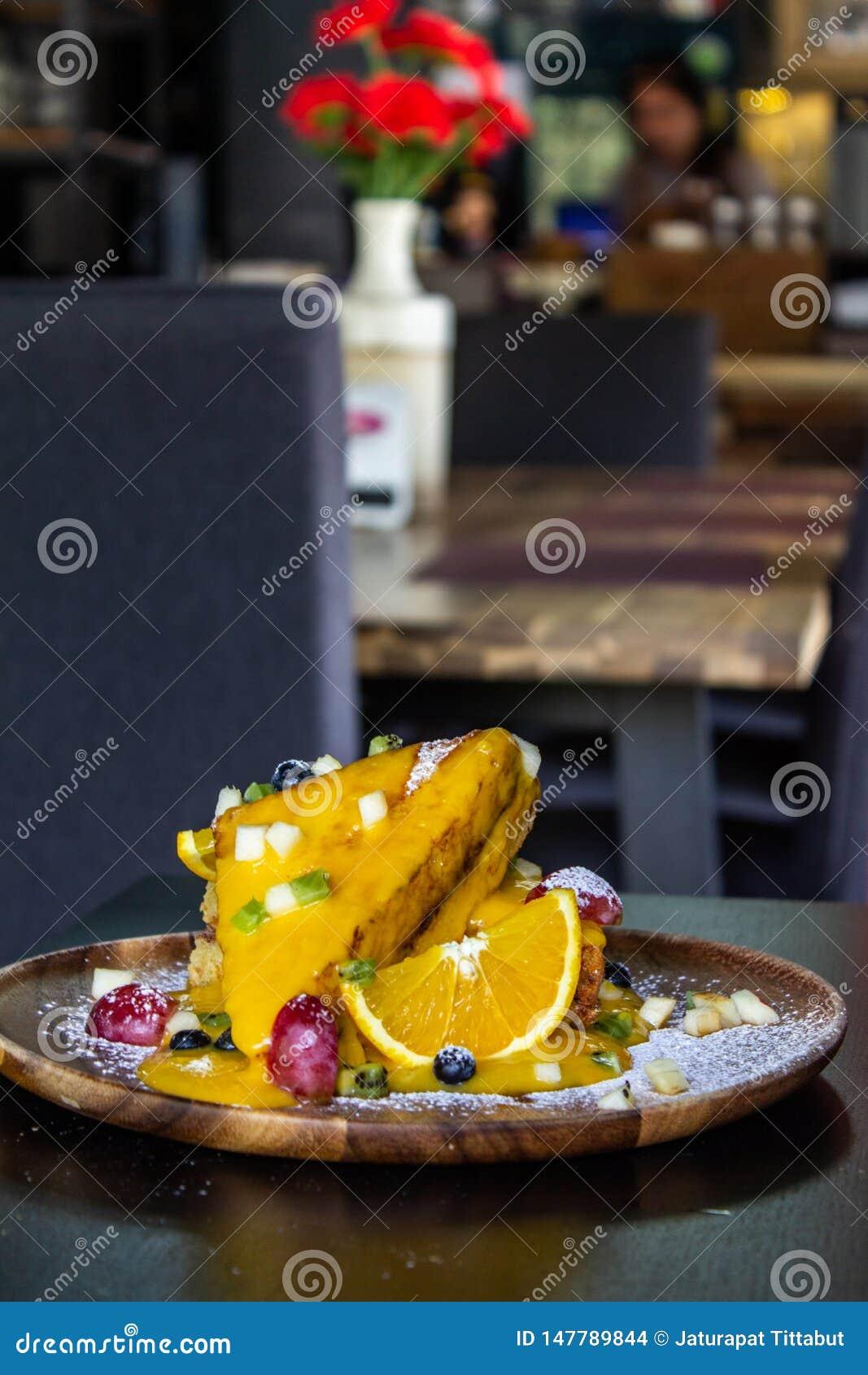 Het gemengde Fruit het Frans roostert zwarte achtergrond