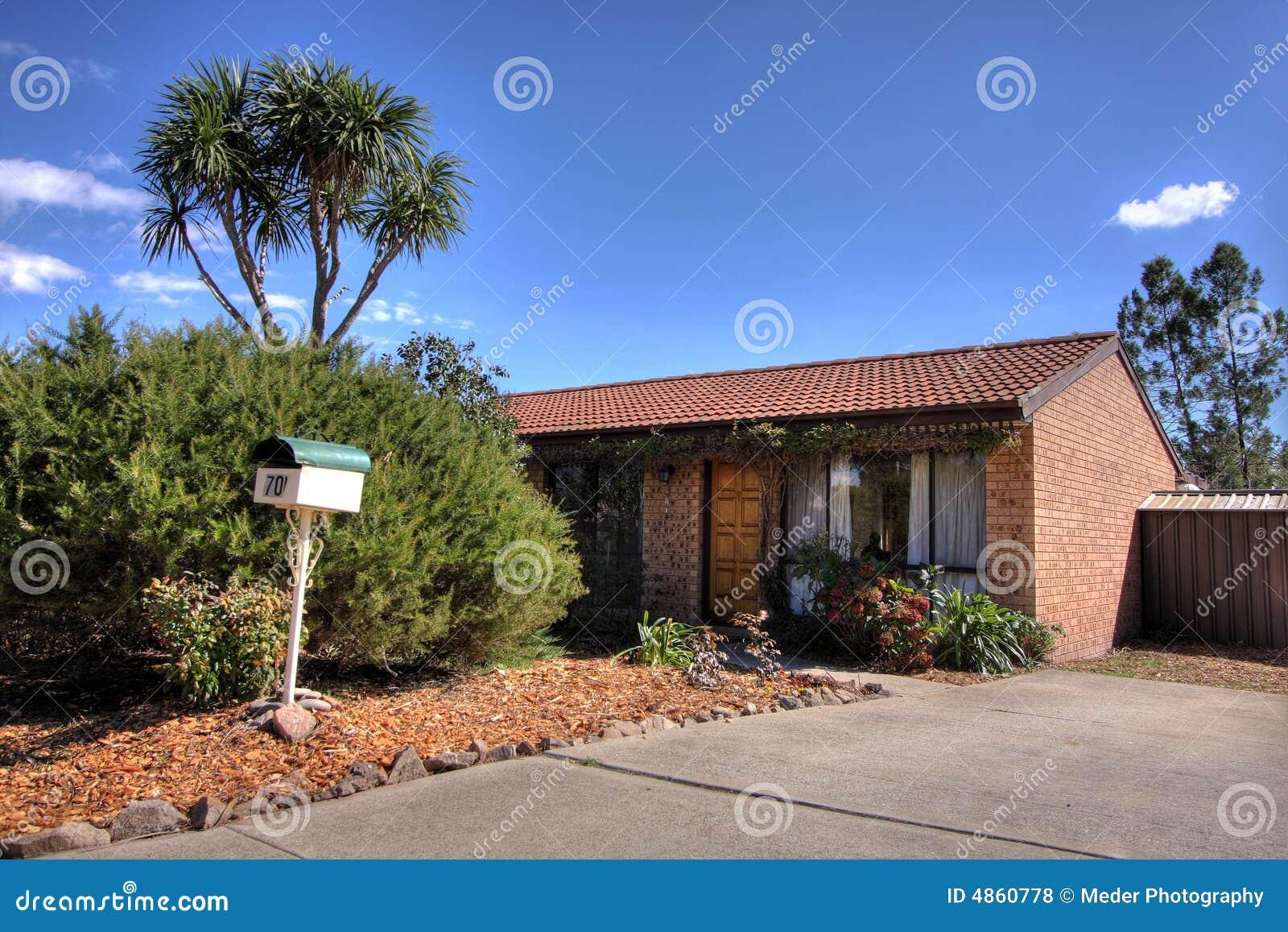 Het gemiddelde huis van de baksteen stock foto afbeelding 4860778 - Ingang van het hedendaagse huis ...