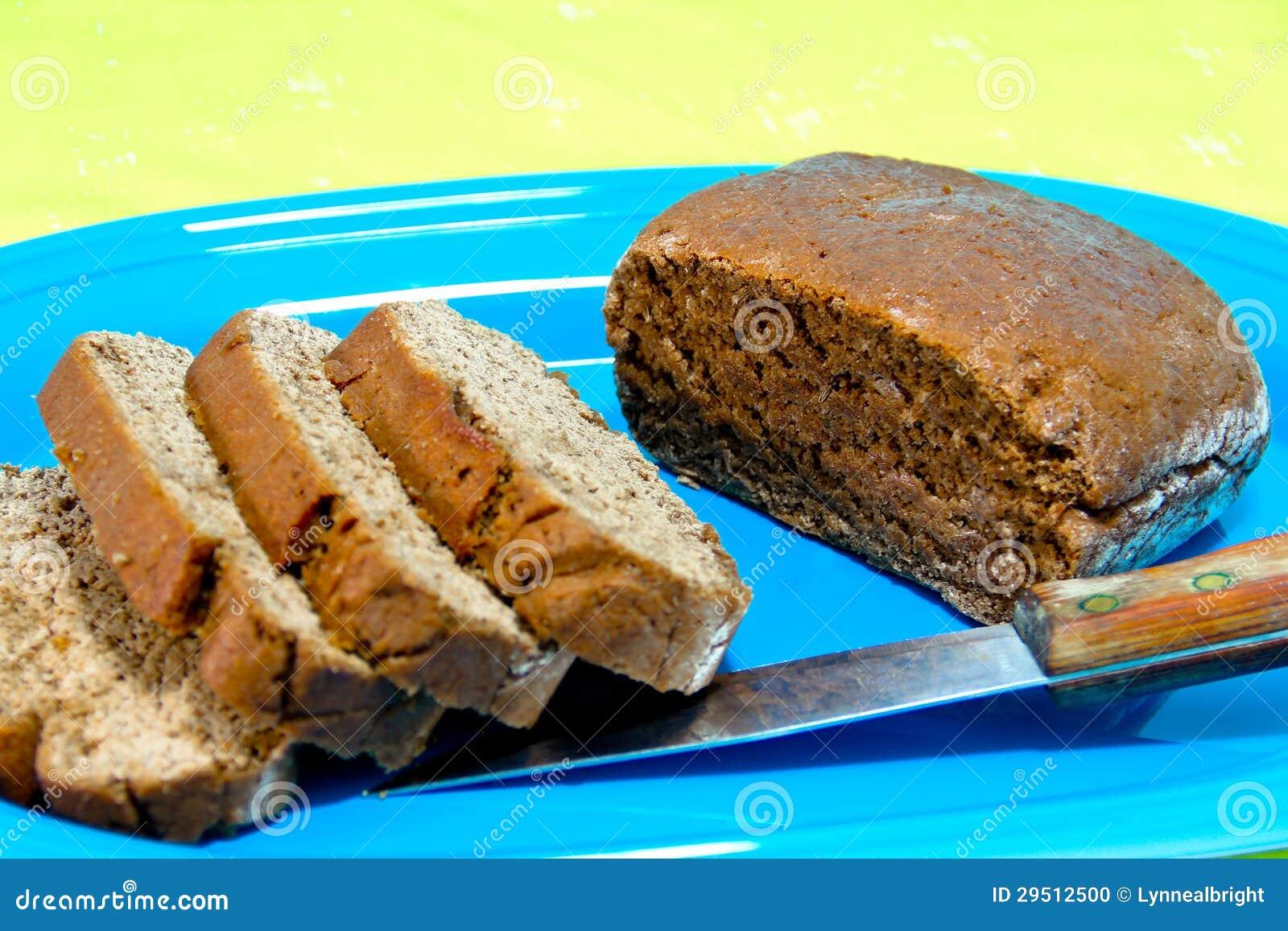 Het gesneden Brood van de Rogge op een Blauwe Schotel