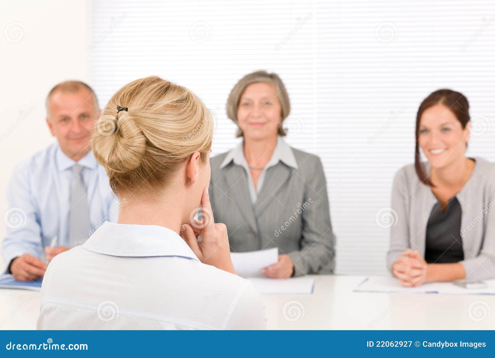 Het gespreks jonge vrouw van de baan met commercieel team