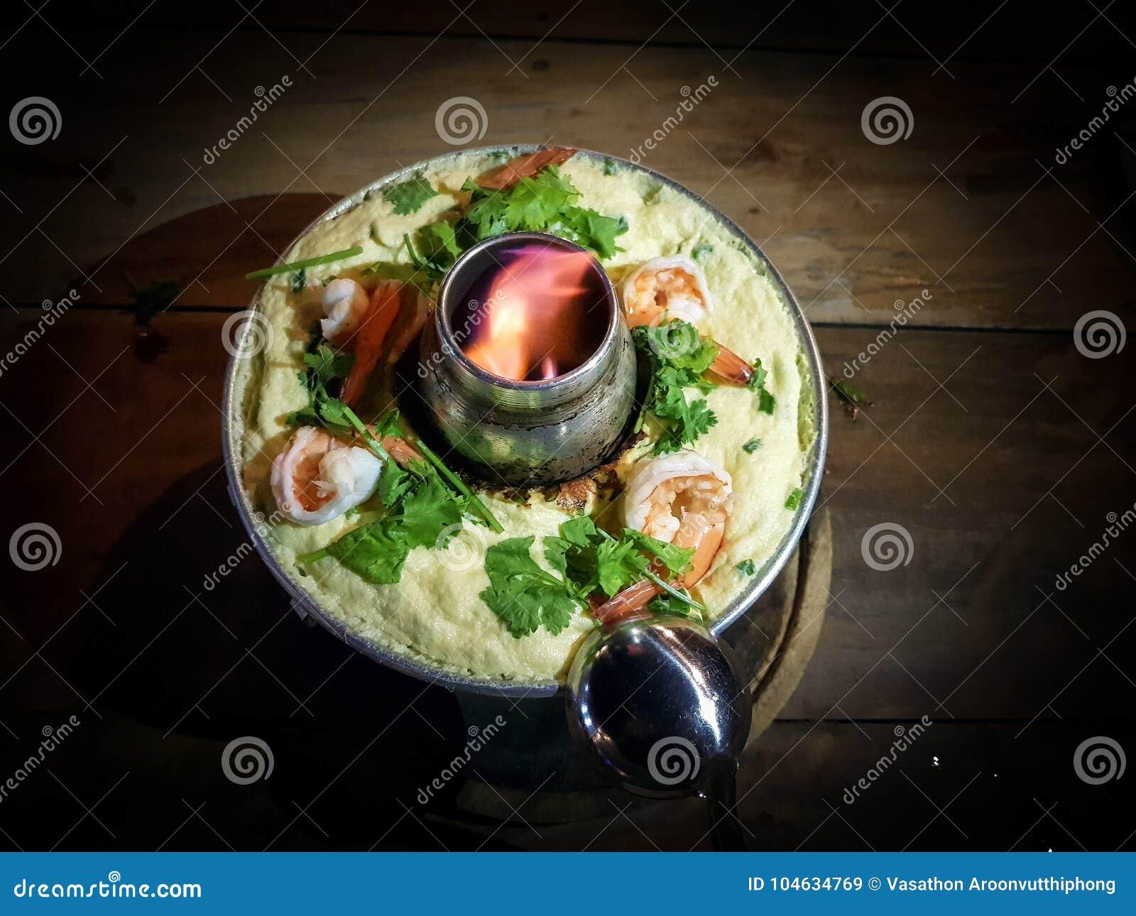 Download Het Gestoomde Ei Kai Thoon Kookte In Brandpot Met Garnalen En Koriander Op Een Hout Stock Afbeelding - Afbeelding bestaande uit lunch, hoogtepunt: 104634769