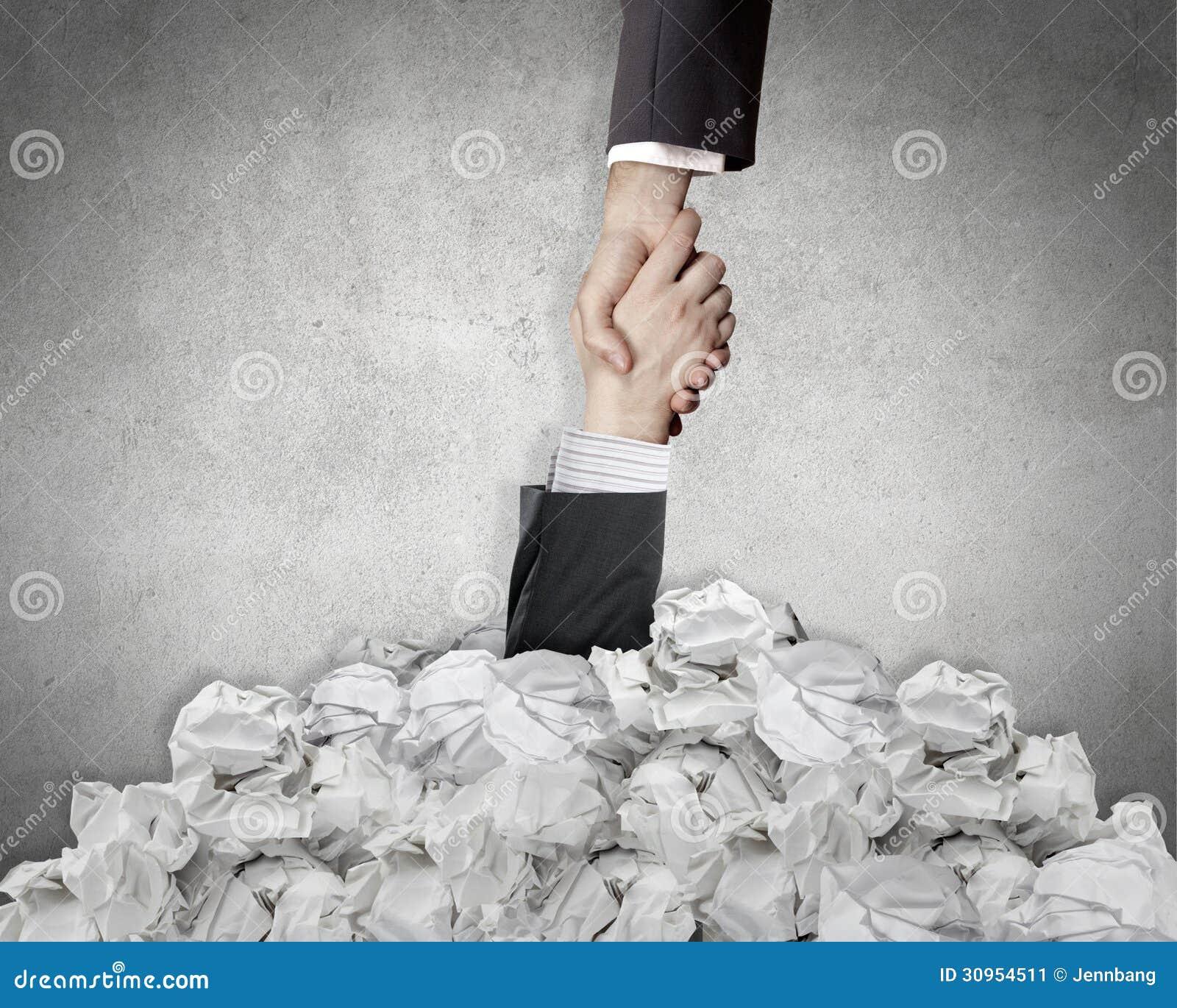 Het geven van een hulp van verfrommeld document