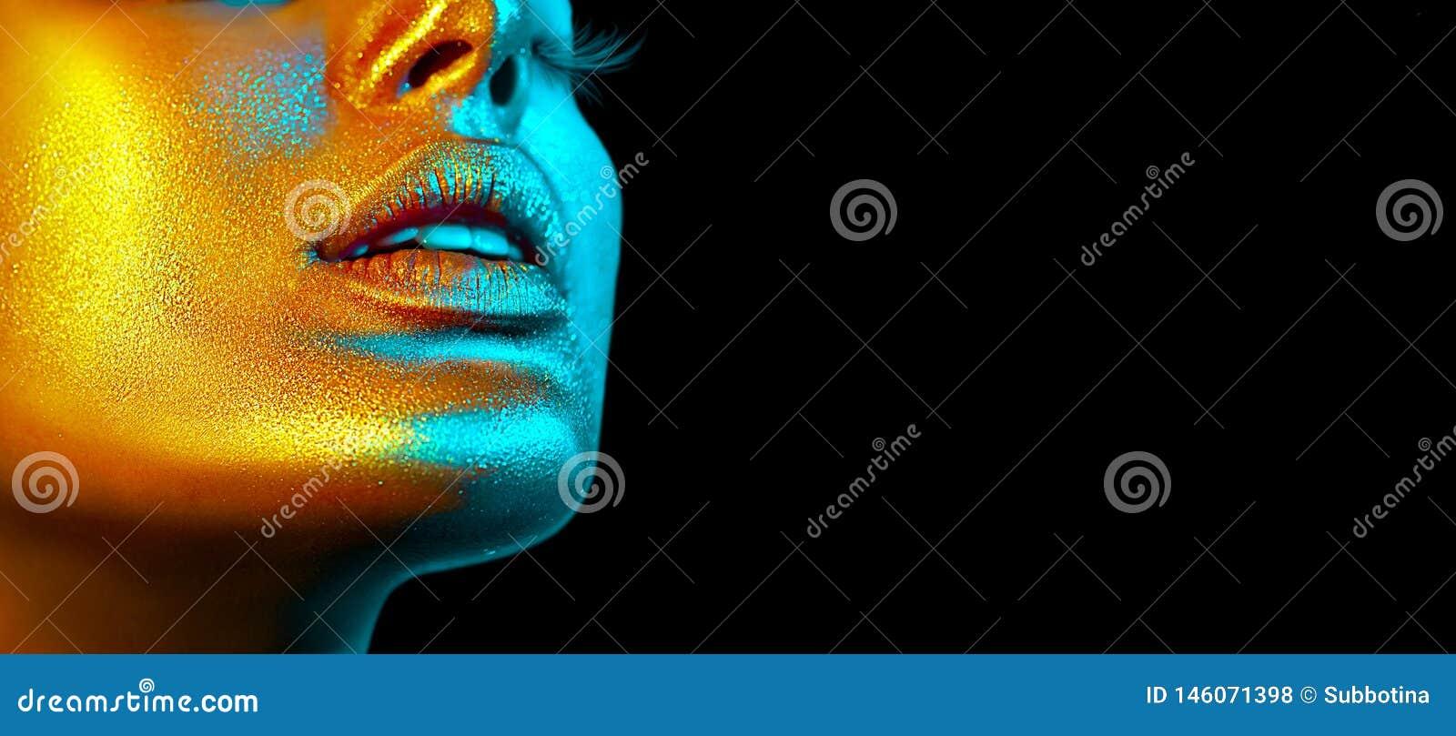 Het gezicht van de mannequinvrouw in heldere fonkelingen, kleurrijke neonlichten, mooie sexy meisjeslippen Het in gloeien gouden