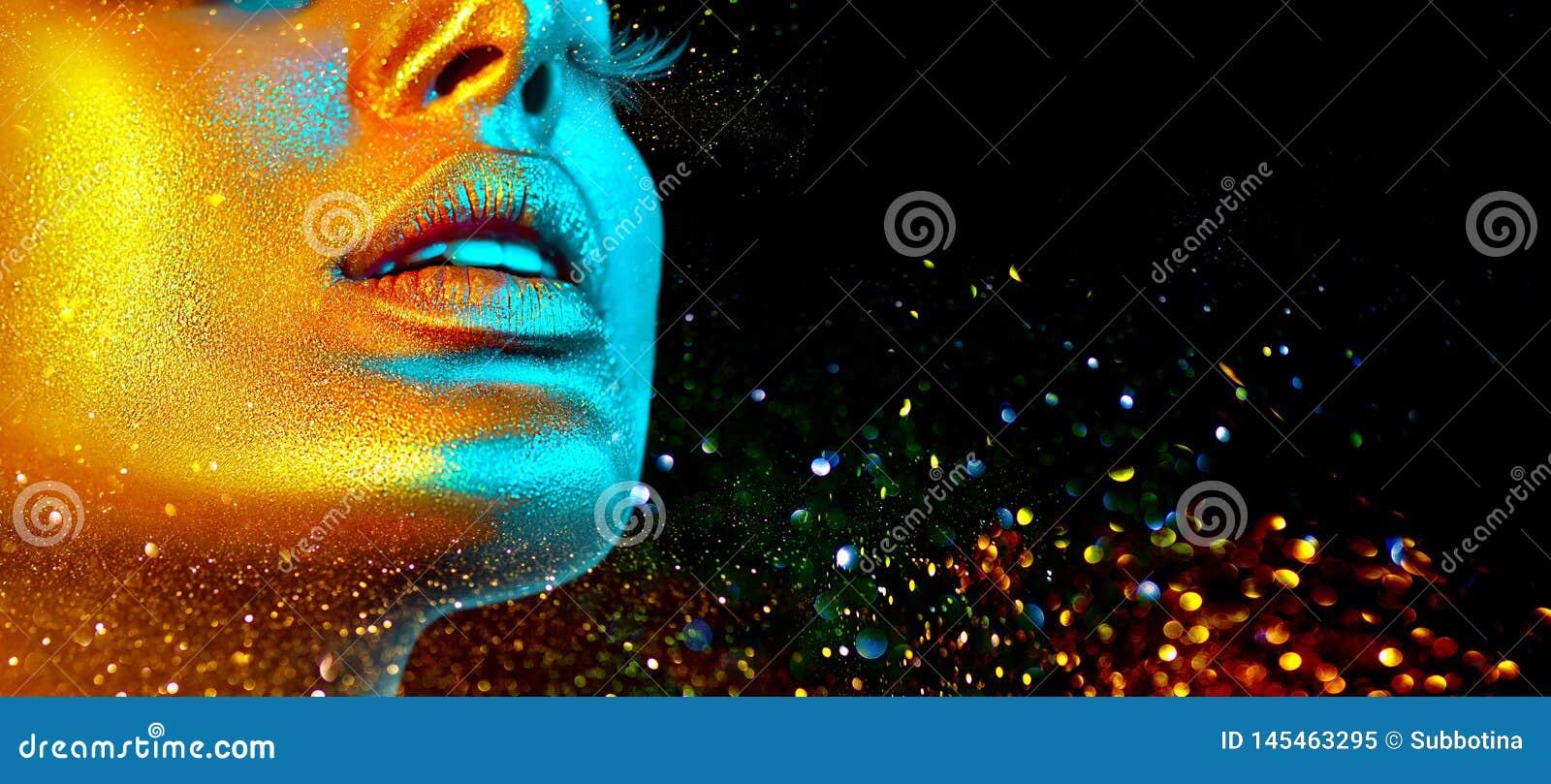 Het gezicht van de mannequinvrouw in heldere fonkelingen, kleurrijke neonlichten, mooie sexy meisjeslippen In gloeiende gouden hu