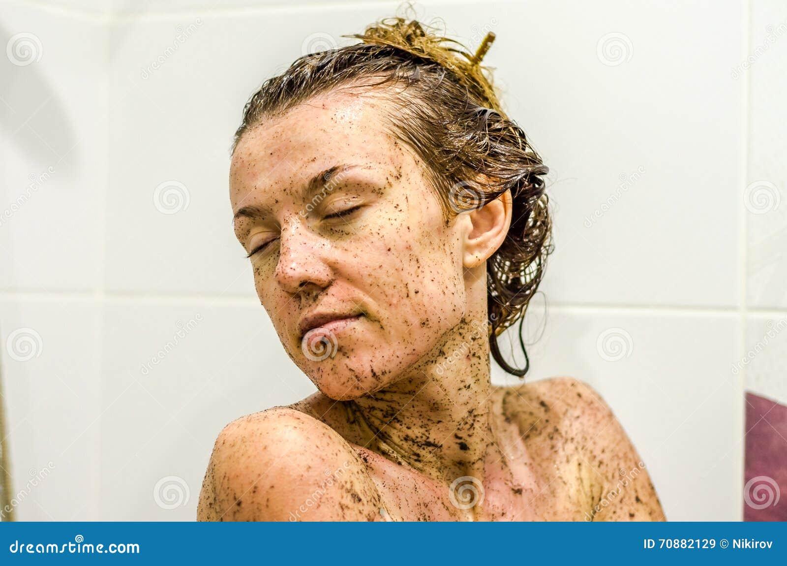 Het gezicht van jong mooi sexy meisje met lang haarmeisje dat een bad naakt in de for Foto in het bad