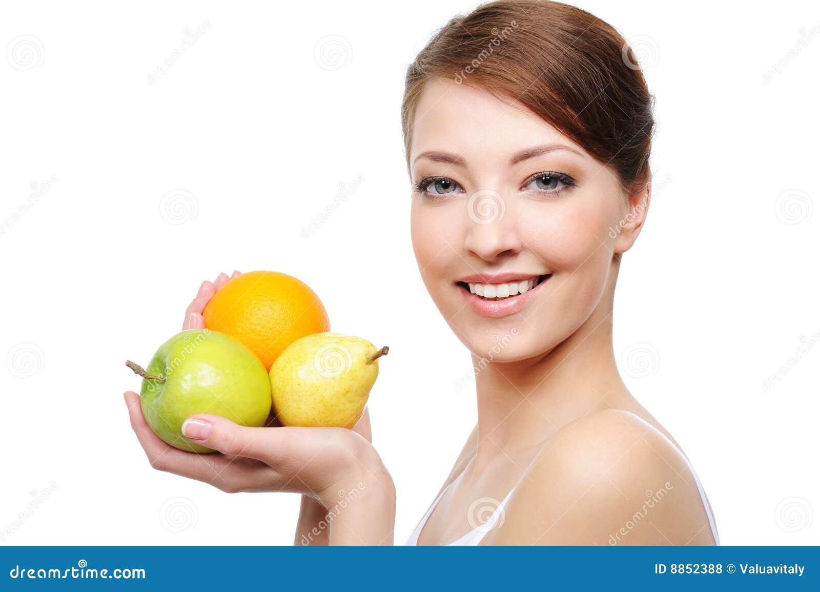 Het gezichtsclose-up van de vrouw met vruchten