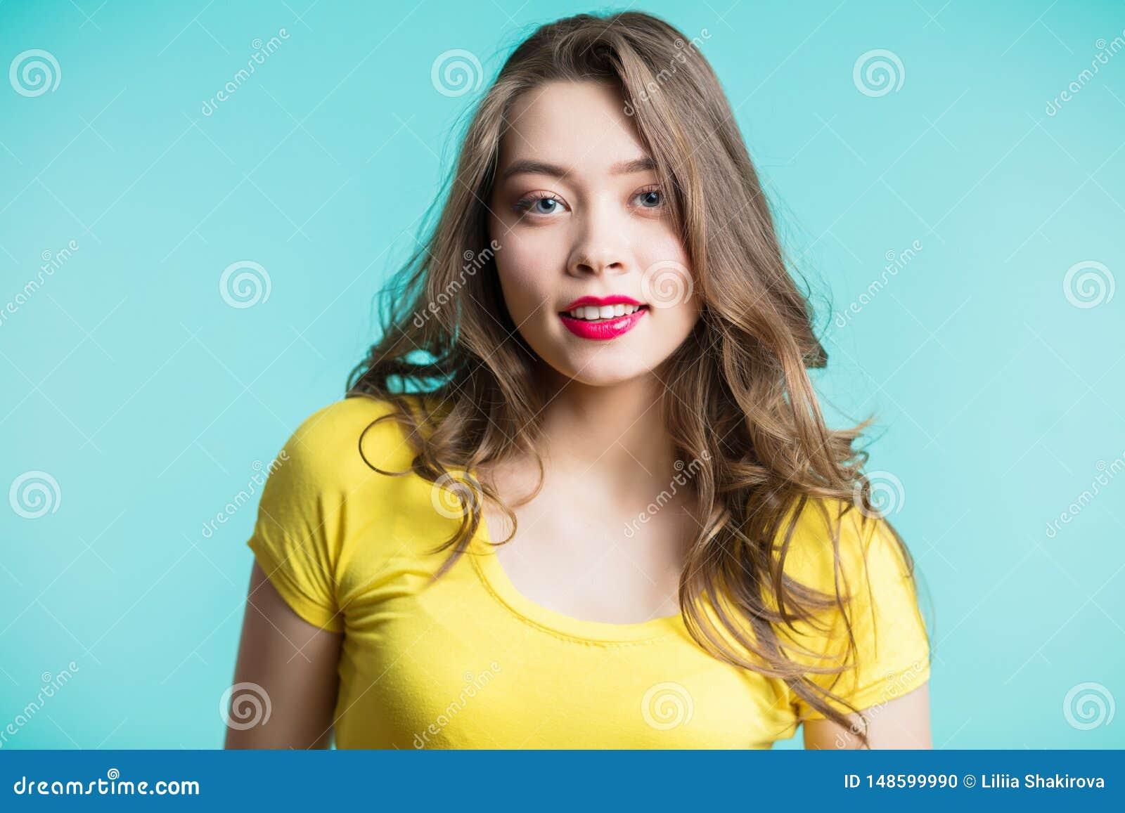 Het gezichtsportret van de schoonheidsvrouw Beautiful spa modelmeisje met perfecte verse schone huid Blondewijfje die camera en h