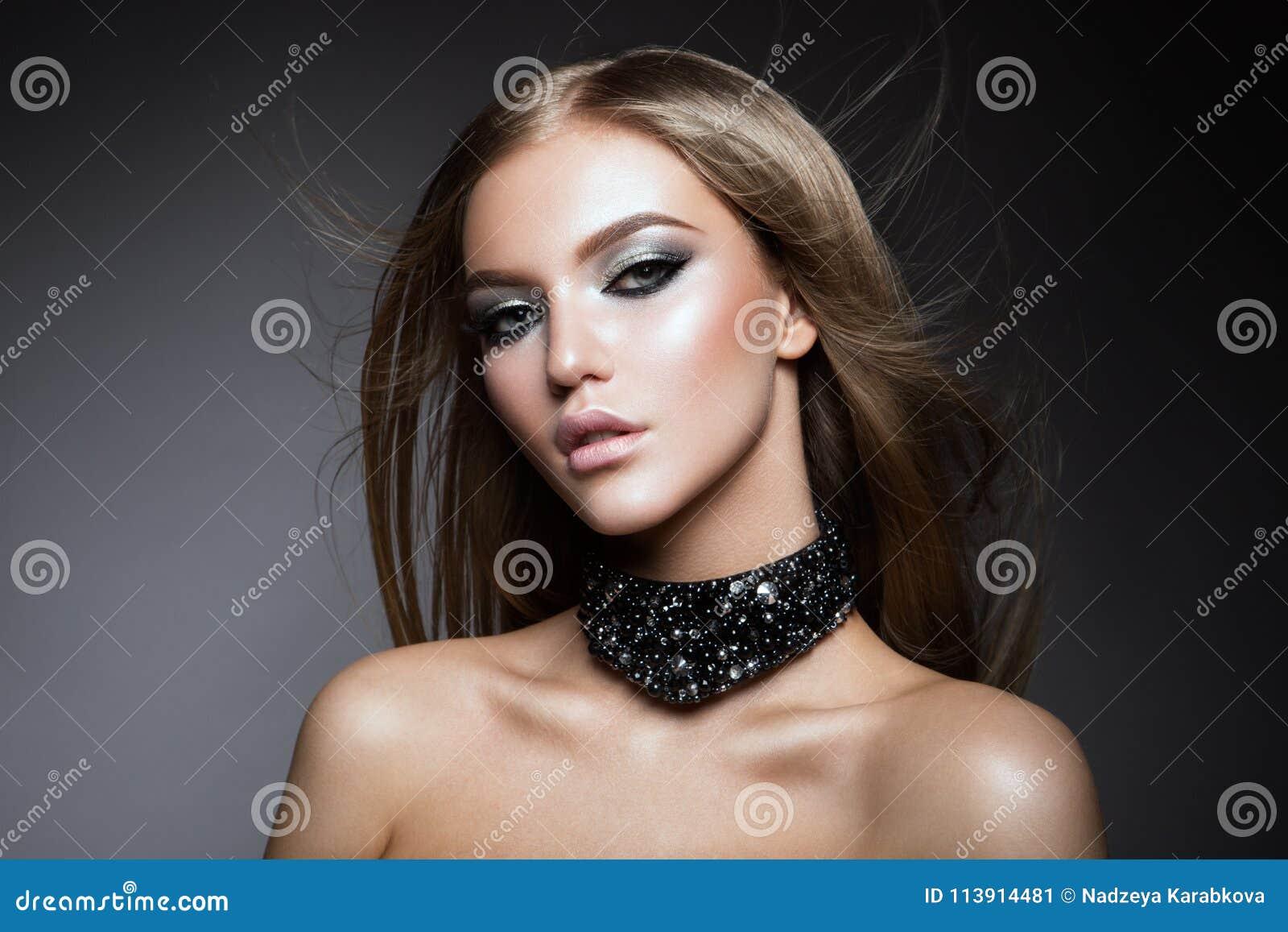 Het gezichtsportret van de schoonheidsvrouw Mooi modelGirl met Perfecte Verse Schone Huid