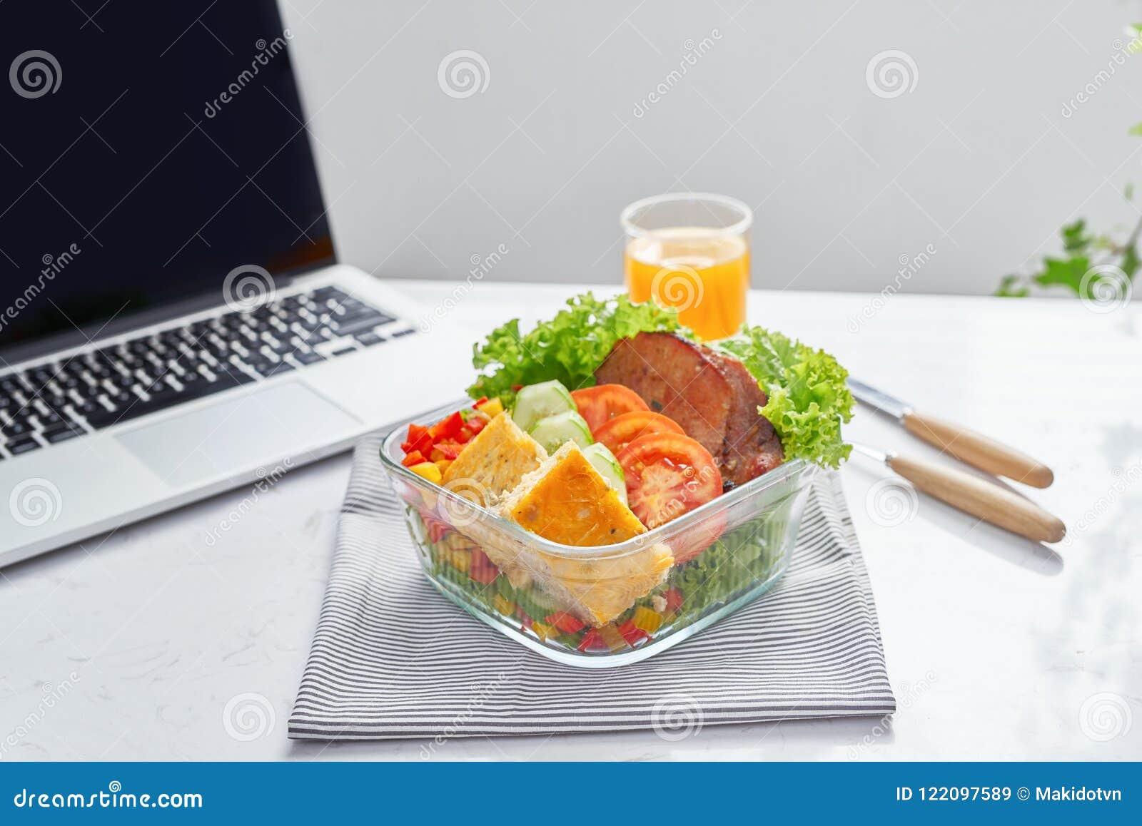 Het gezonde eten voor lunch om te werken Voedsel in het bureau