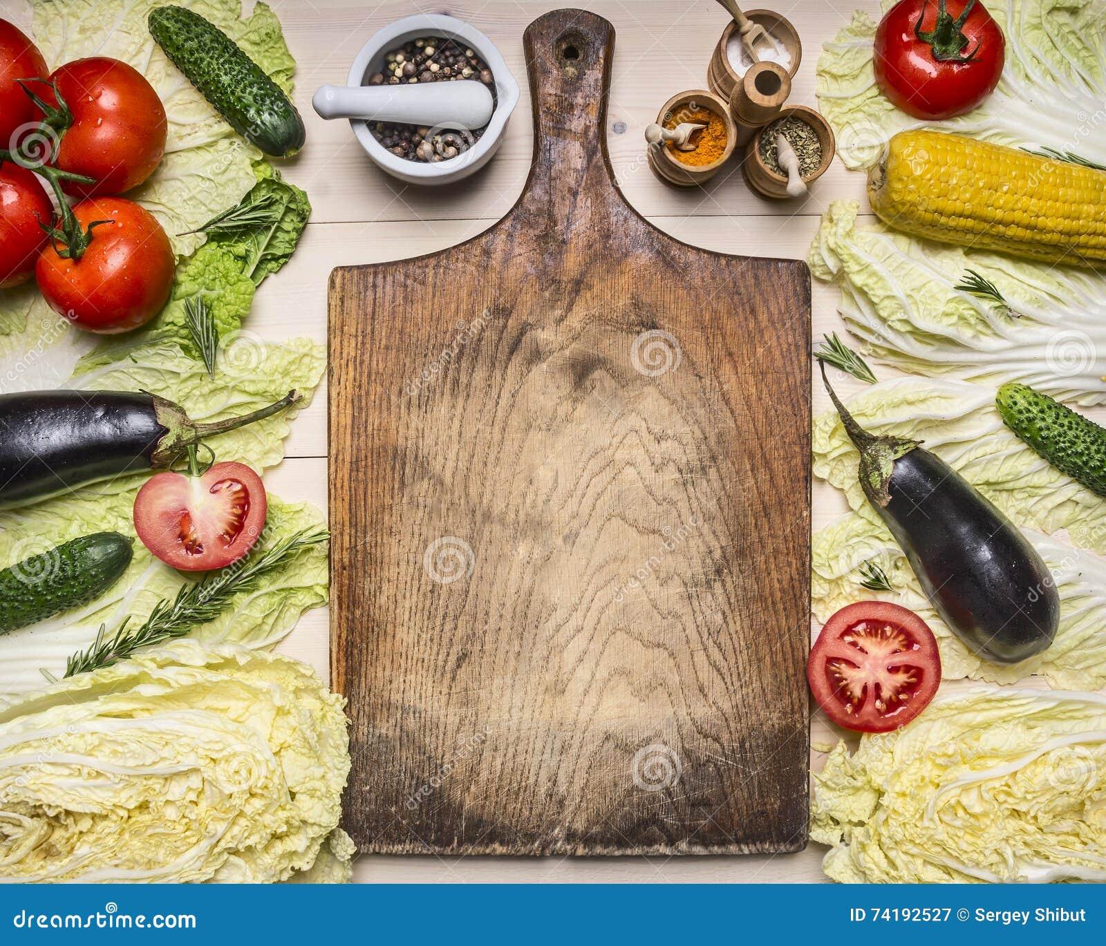 Het gezonde voedsel, het koken en de vegetarische concepten verschillende groenten en ingrediënten voor de salade, voerden rond u