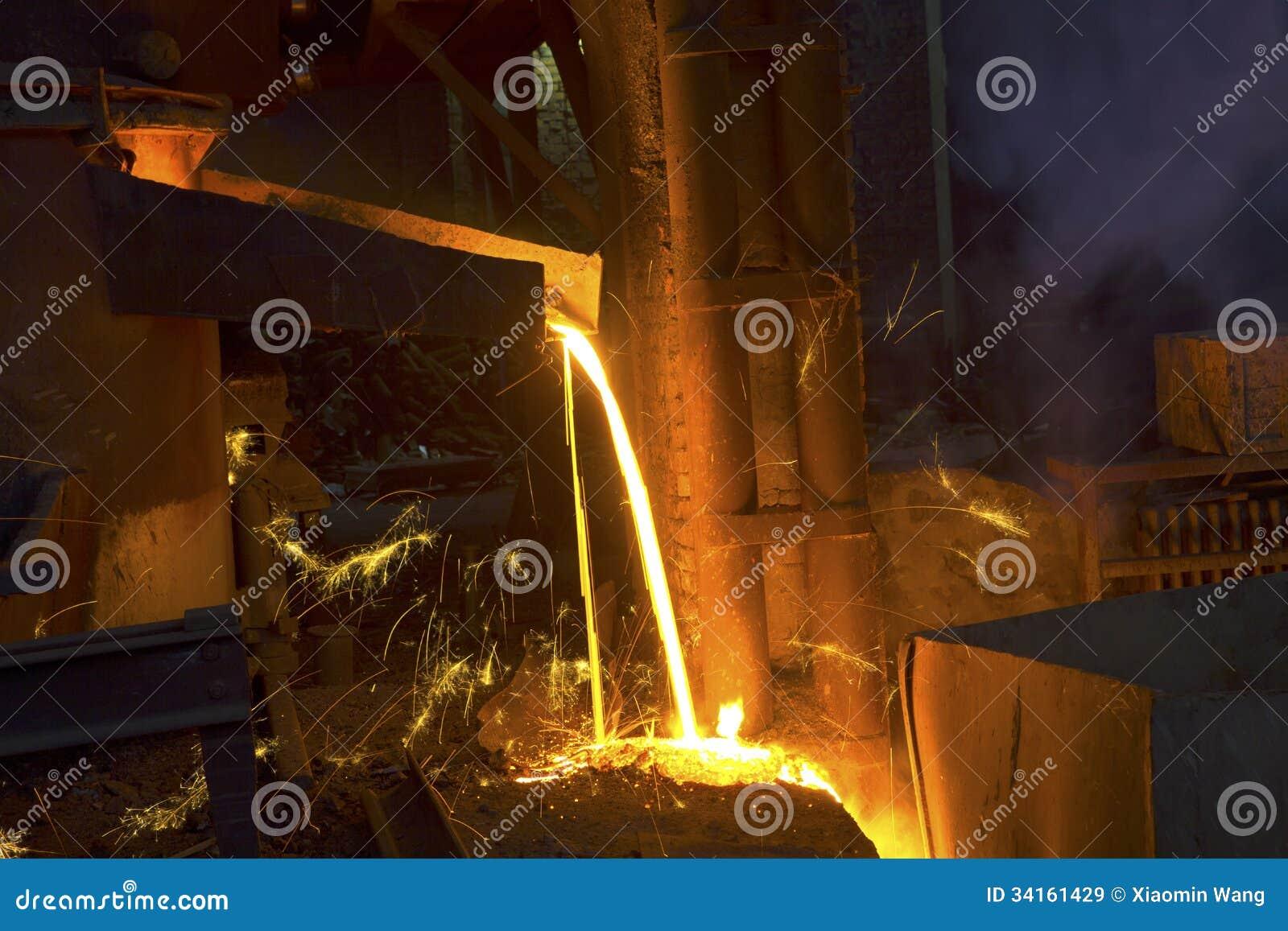 Het gieten van vloeibaar metaal