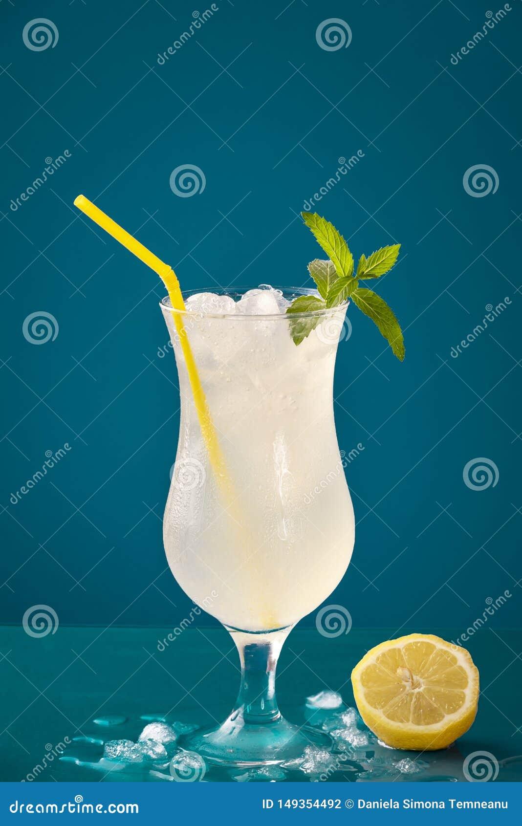 Het glas van het citroenwater met ijs en pepermunt