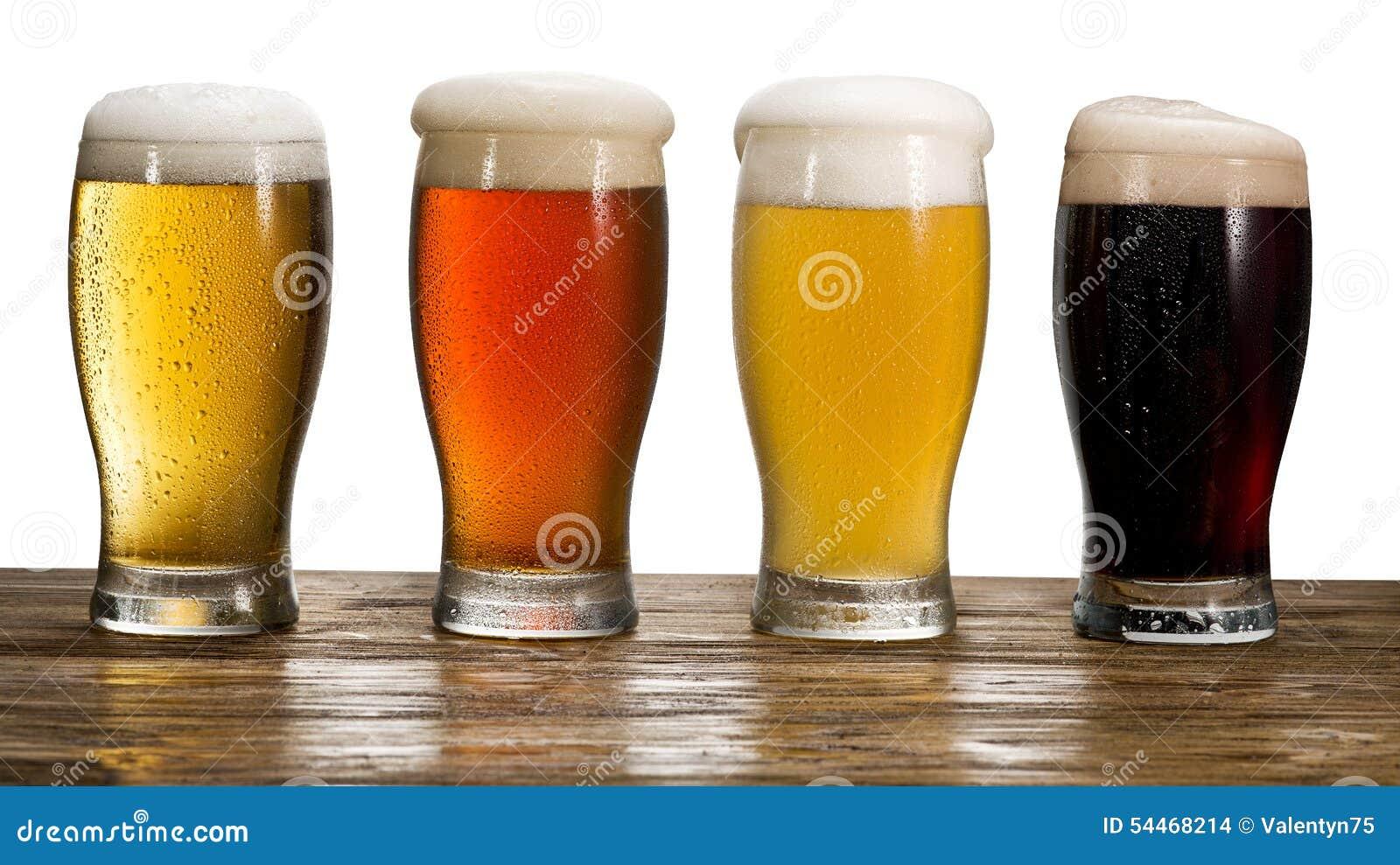 Het glas van het bier op witte achtergrond