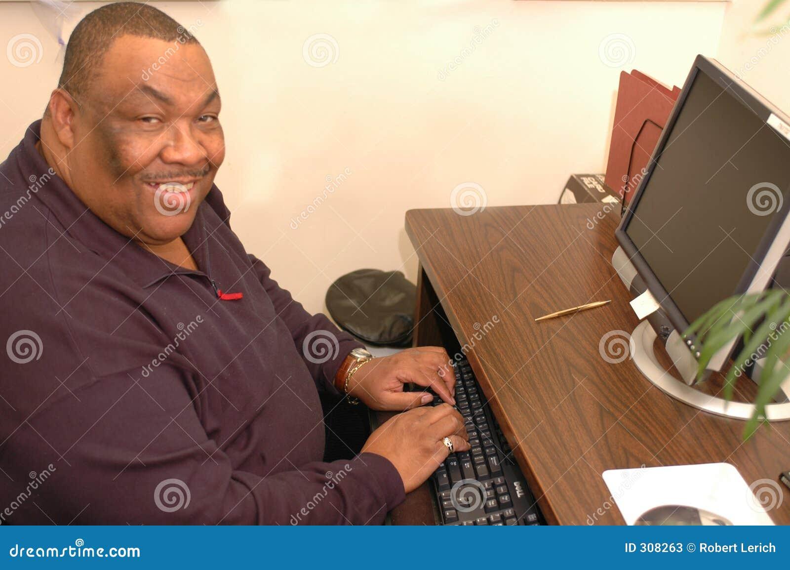 Het glimlachen bij computer 719