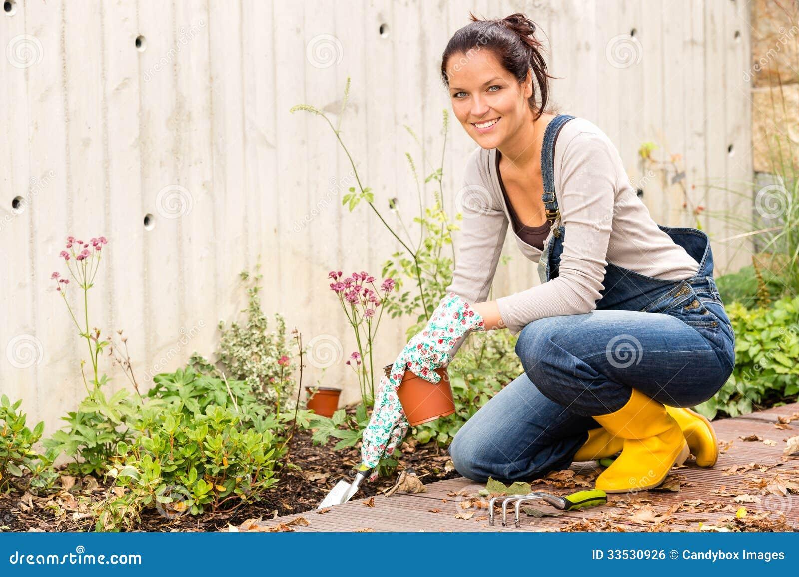 Het glimlachen de vrouwenherfst het tuinieren binnenplaatshobby