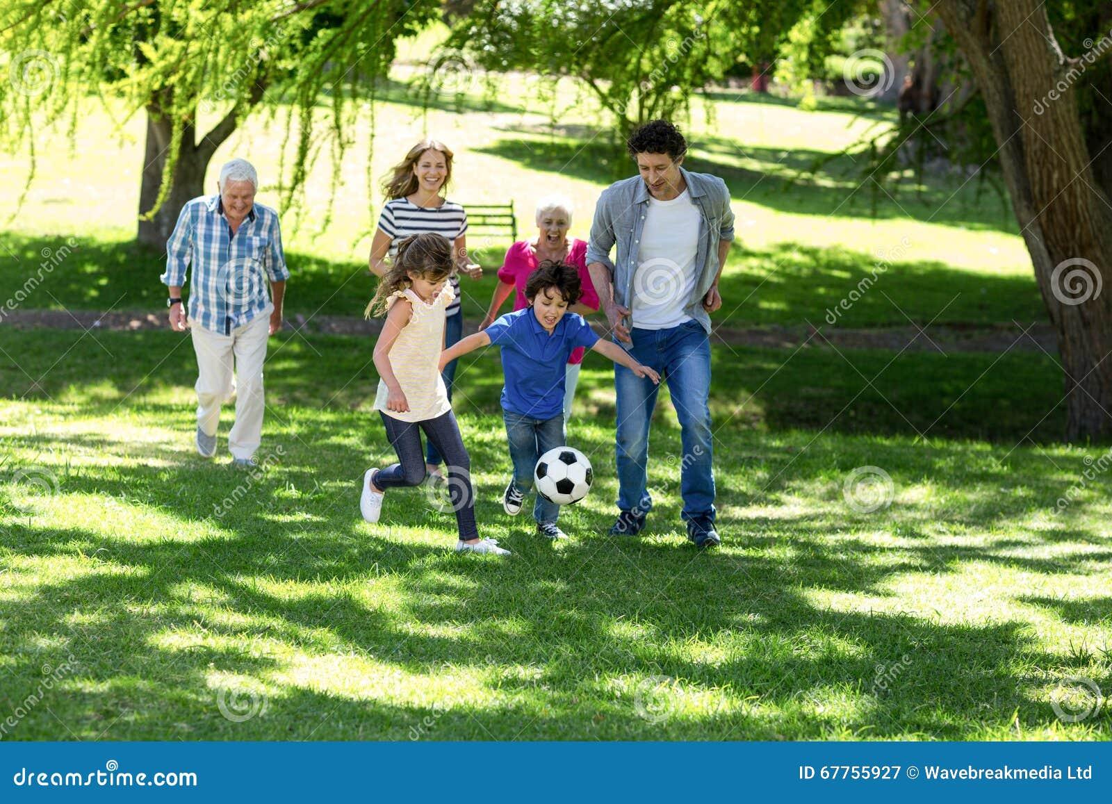 Het glimlachen familie speelvoetbal