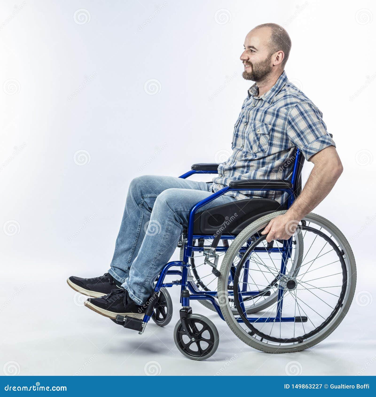 Het glimlachen gehandicapte mensenzitting in een rolstoel