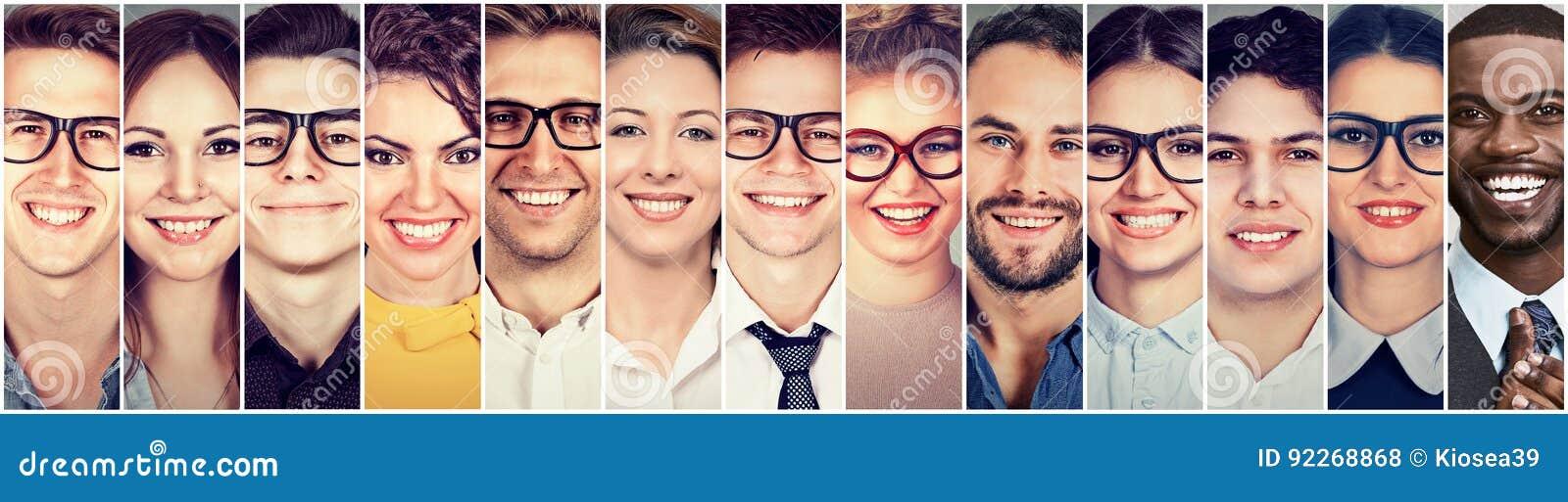 Het glimlachen Gezichten Gelukkige groep multi-etnische jongerenmannen en vrouwen