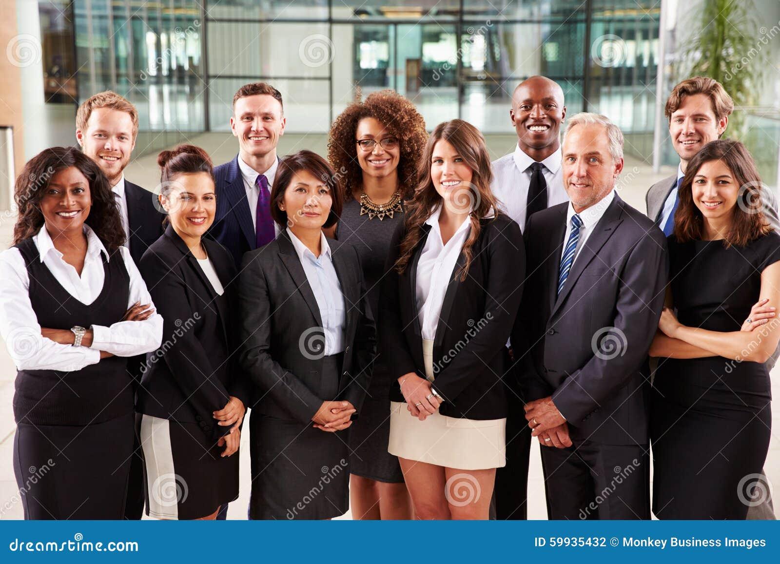 Het glimlachen groepsportret van collectieve bedrijfscollega s