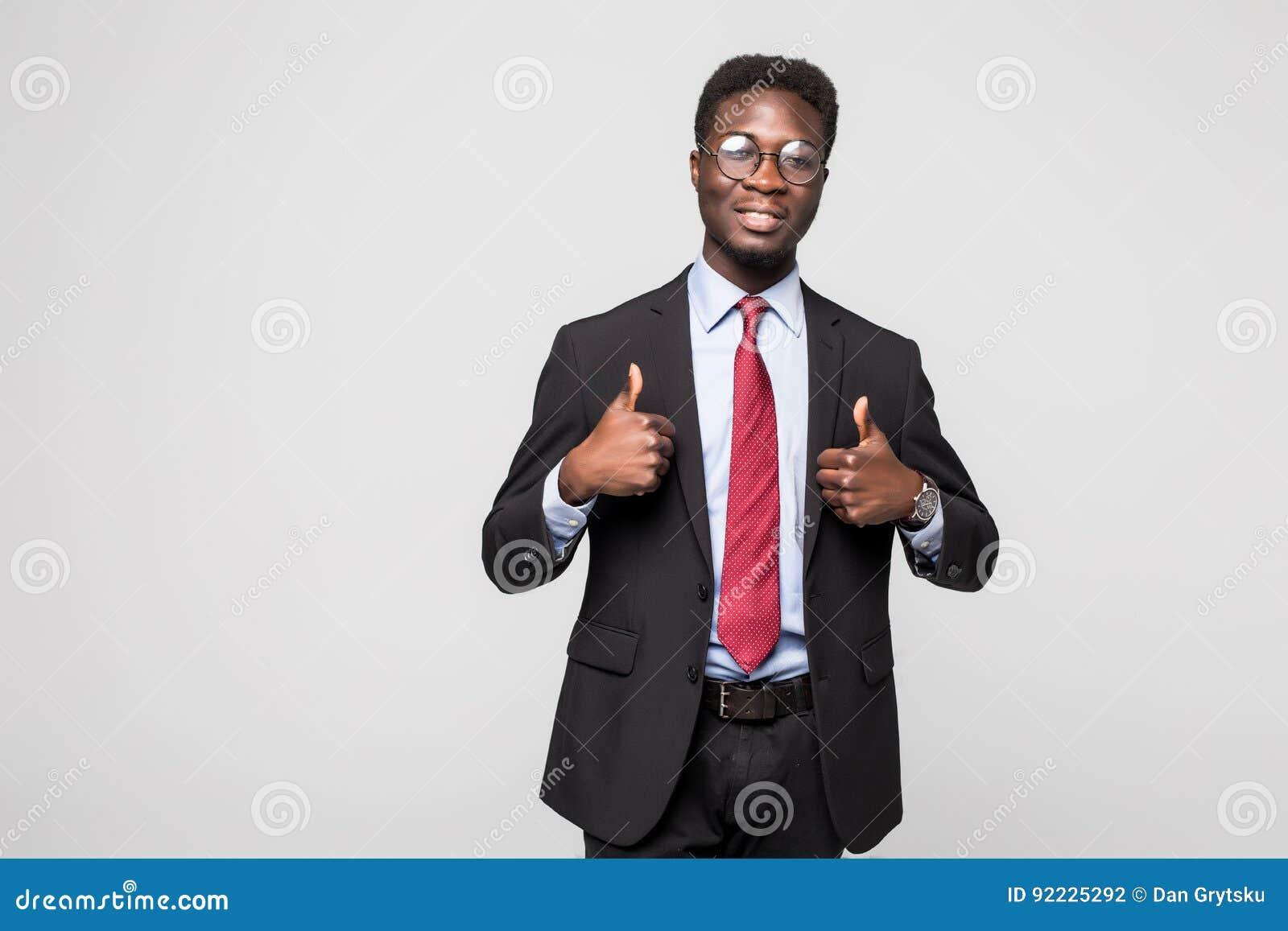 Het glimlachen het gelukkige Afrikaanse zwarte uitvoerende professionele geven duimen omhoog in studio