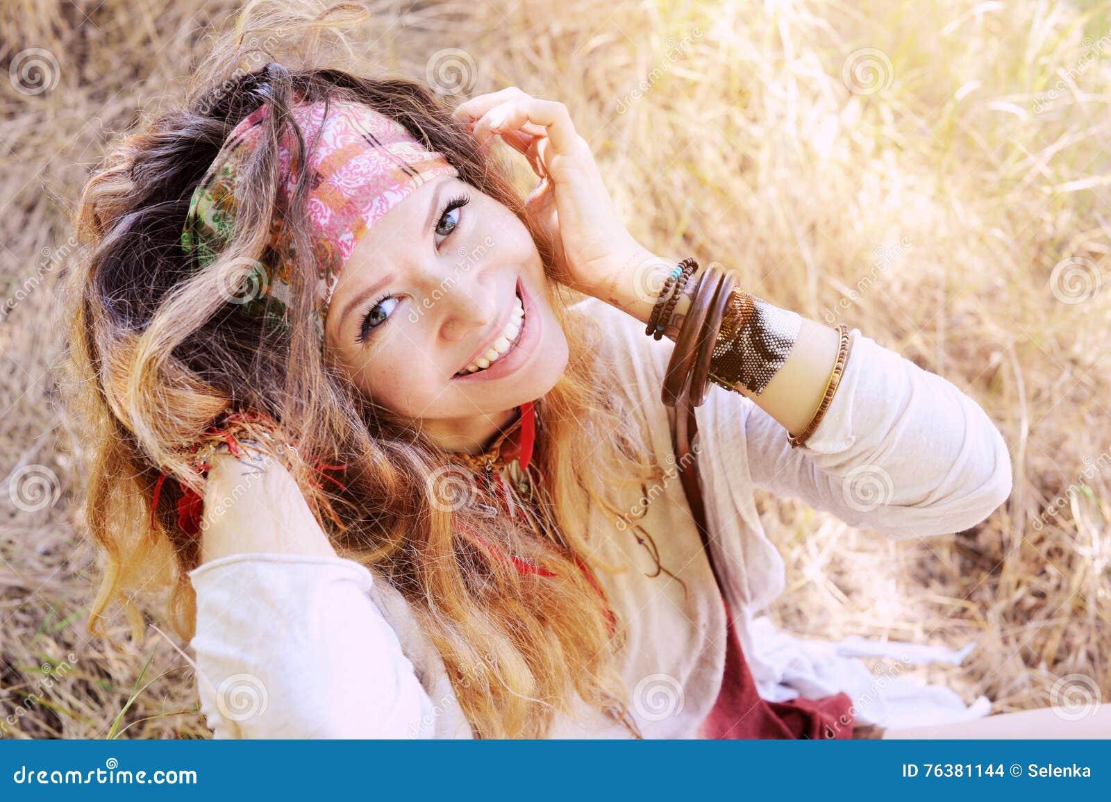 Het glimlachen het gelukkige openluchtportret van de hippievrouw, die camera bekijken