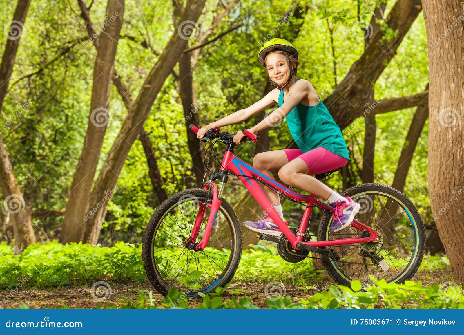 Het glimlachen het jonge meisje cirkelen door de lentebos