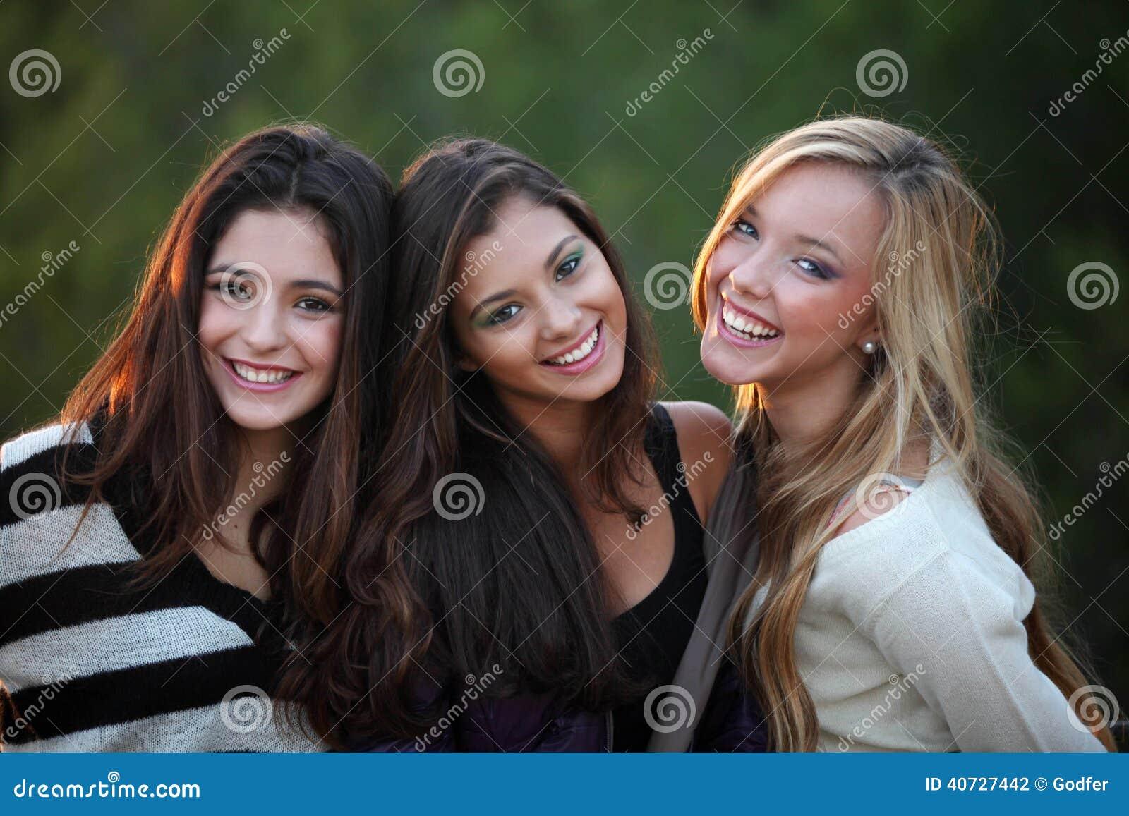 Het glimlachen tienerjaren met mooie witte tanden