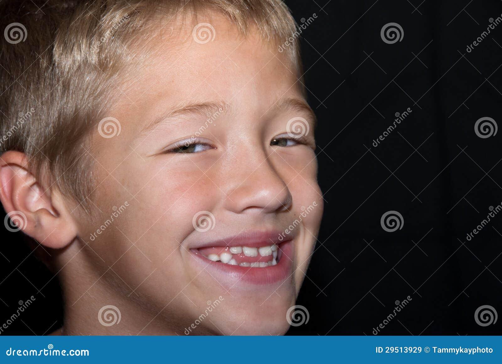 Het glimlachen van de blonde het jongens omhoog-sluiten