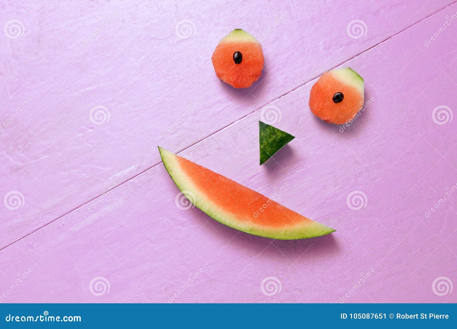 Het glimlachen van Watermeloen op Magenta Achtergrond