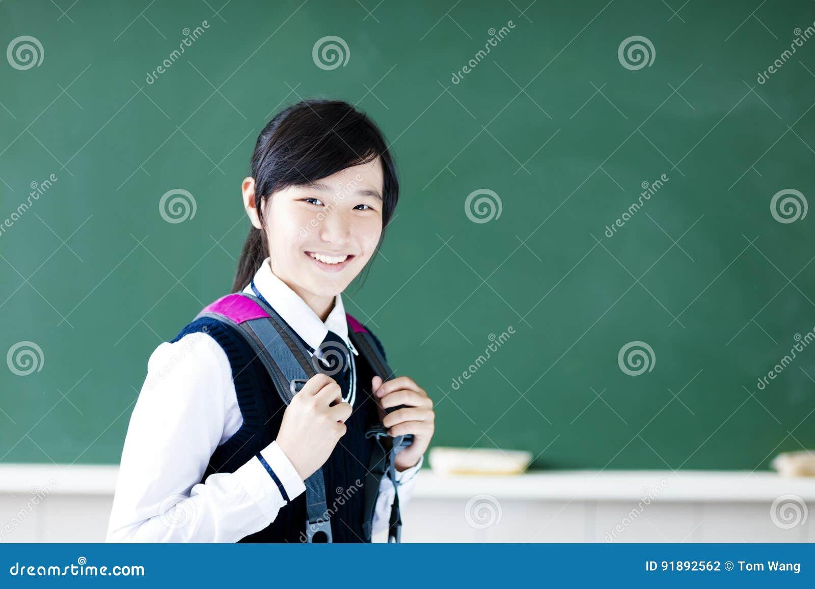 Het glimlachende meisje van de tienerstudent in klaslokaal