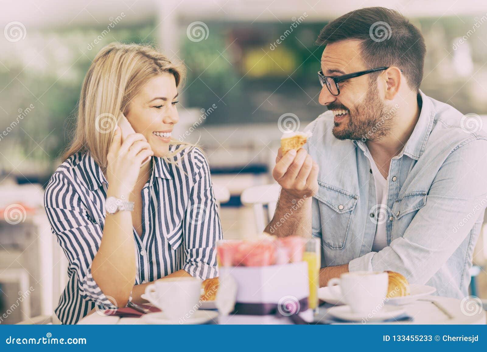 Het glimlachende paar is positief vrolijk wegens de langverwachte vraag