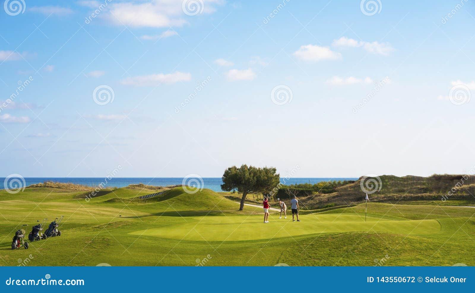 Het golfcursus van golfkarren ot