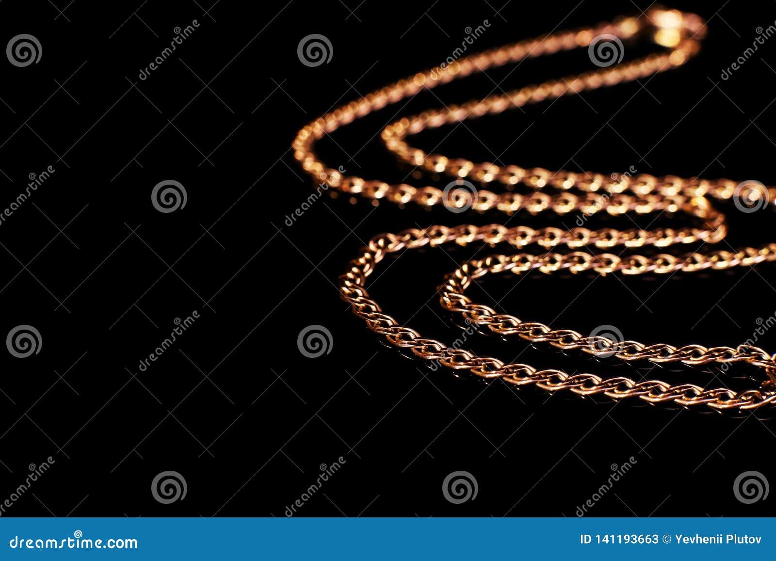 Het gouden ketting niet weven, op een zwarte achtergrond met bezinning Isoleer, macro, zachte nadruk