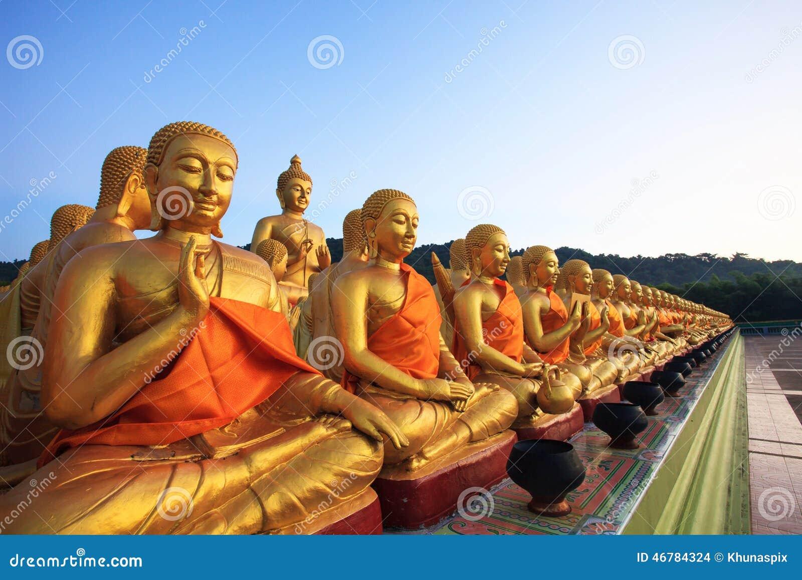 Het gouden standbeeld van Boedha in boeddhismetempel Thailand
