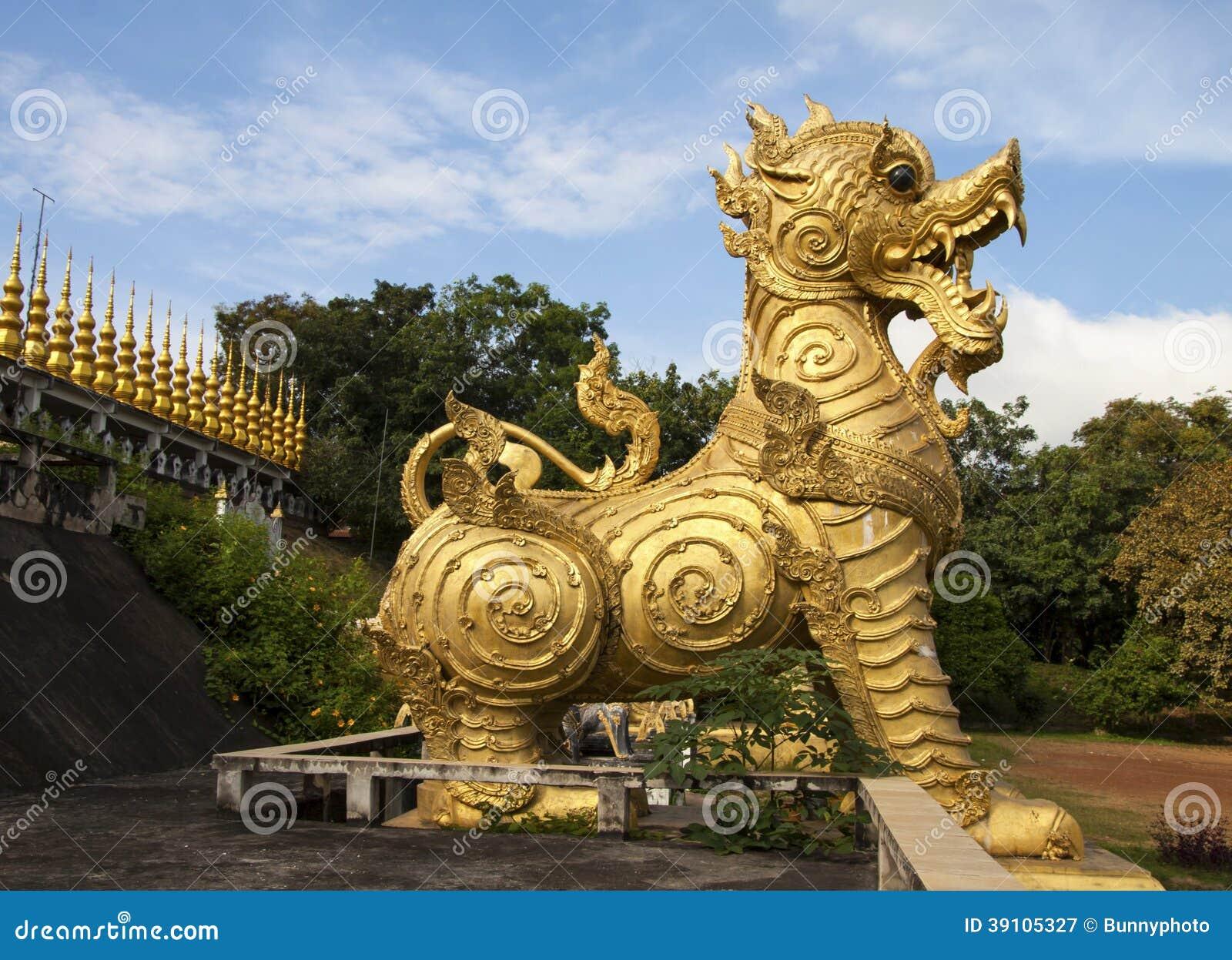 Het gouden standbeeld van de lannaleeuw