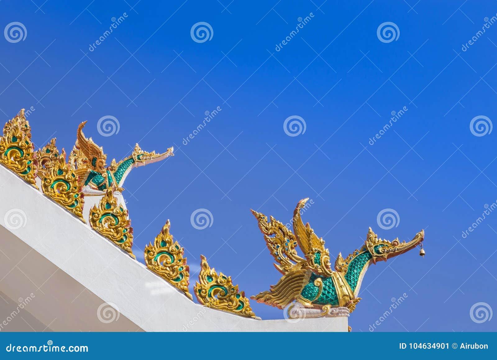 Download Het Gouden Standbeeld Van De Zwaan Traditionele Thaise Stijl Op Dak Openbare Tempel Stock Afbeelding - Afbeelding bestaande uit kleur, gouden: 104634901