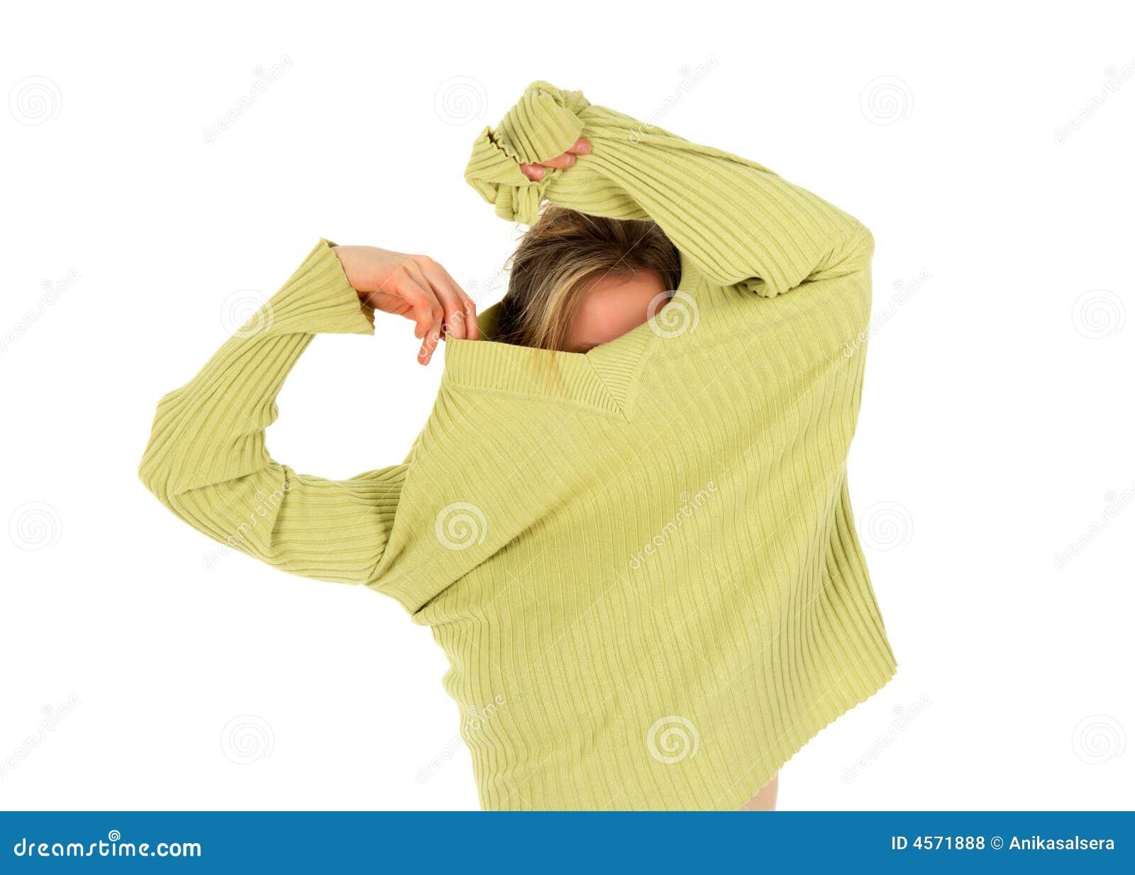 Het grappige meisje stijgt een groene sweater op