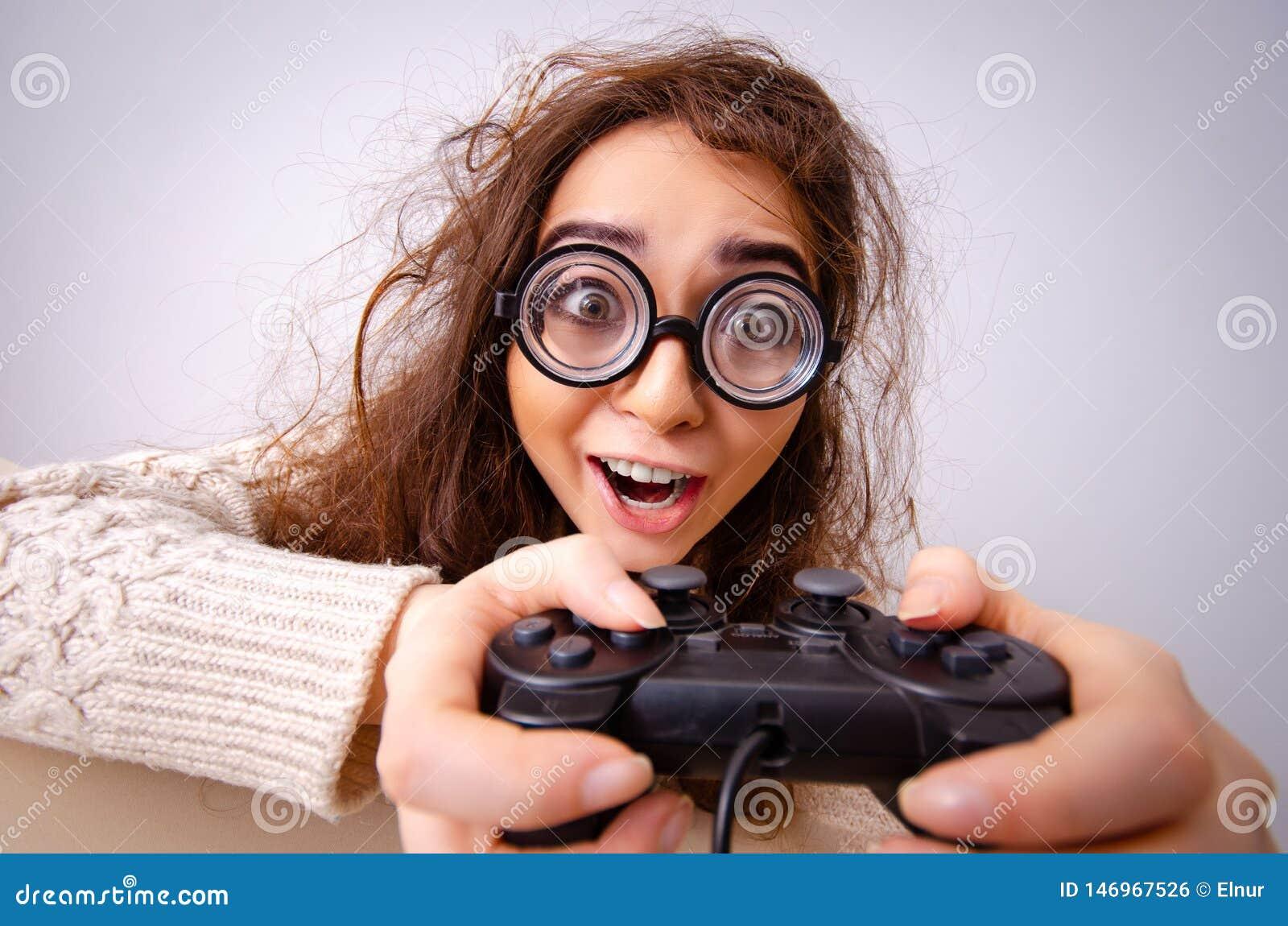 Het grappige nerdmeisje die aan computer werken