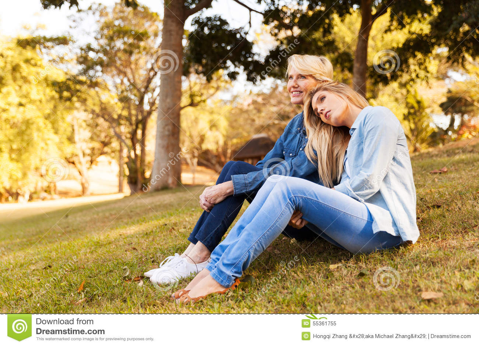 Het gras van de de dochterzitting van de moeder