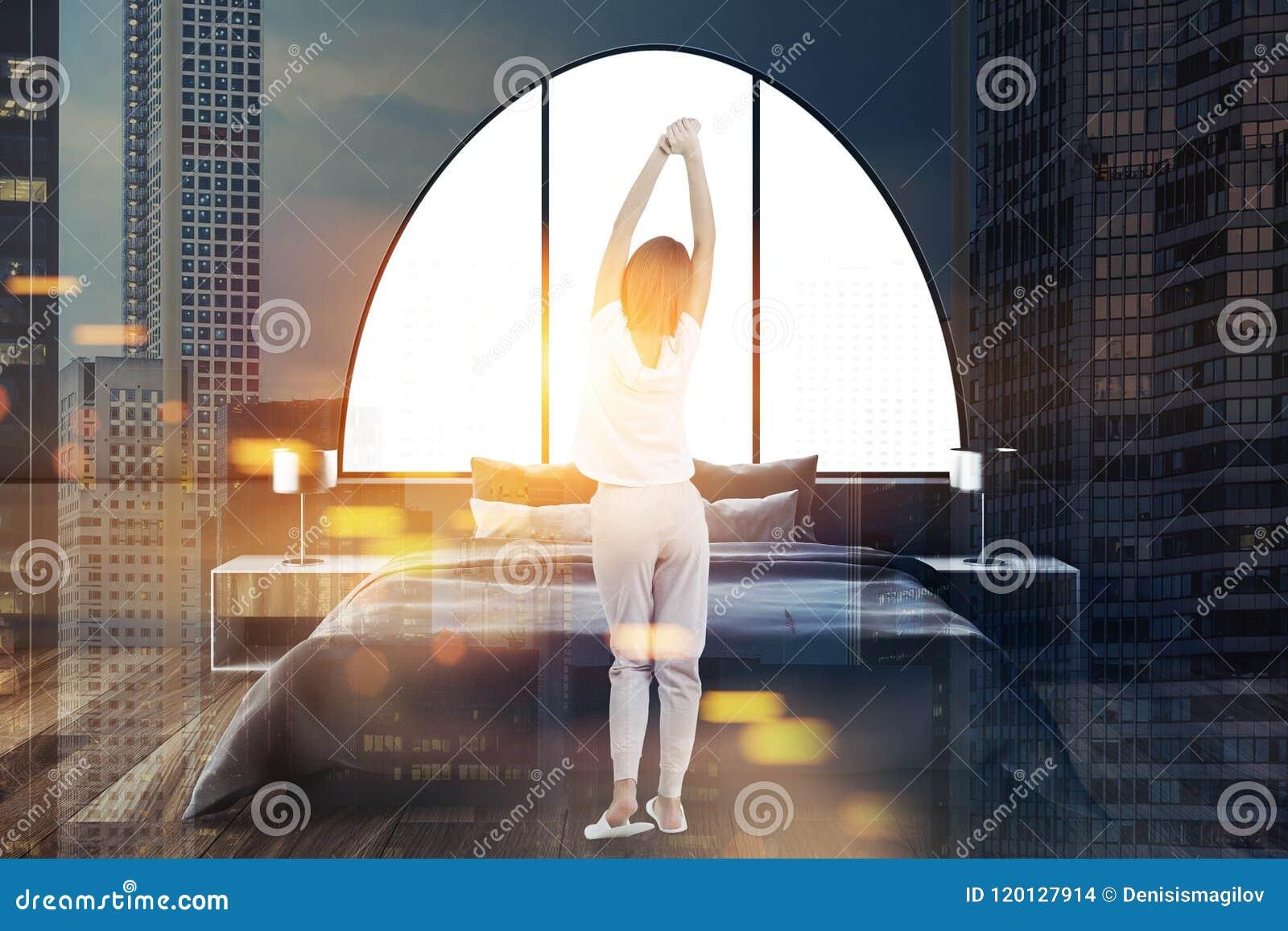 Het grijze overspannen binnenland van de vensters hoofdslaapkamer, vrouw