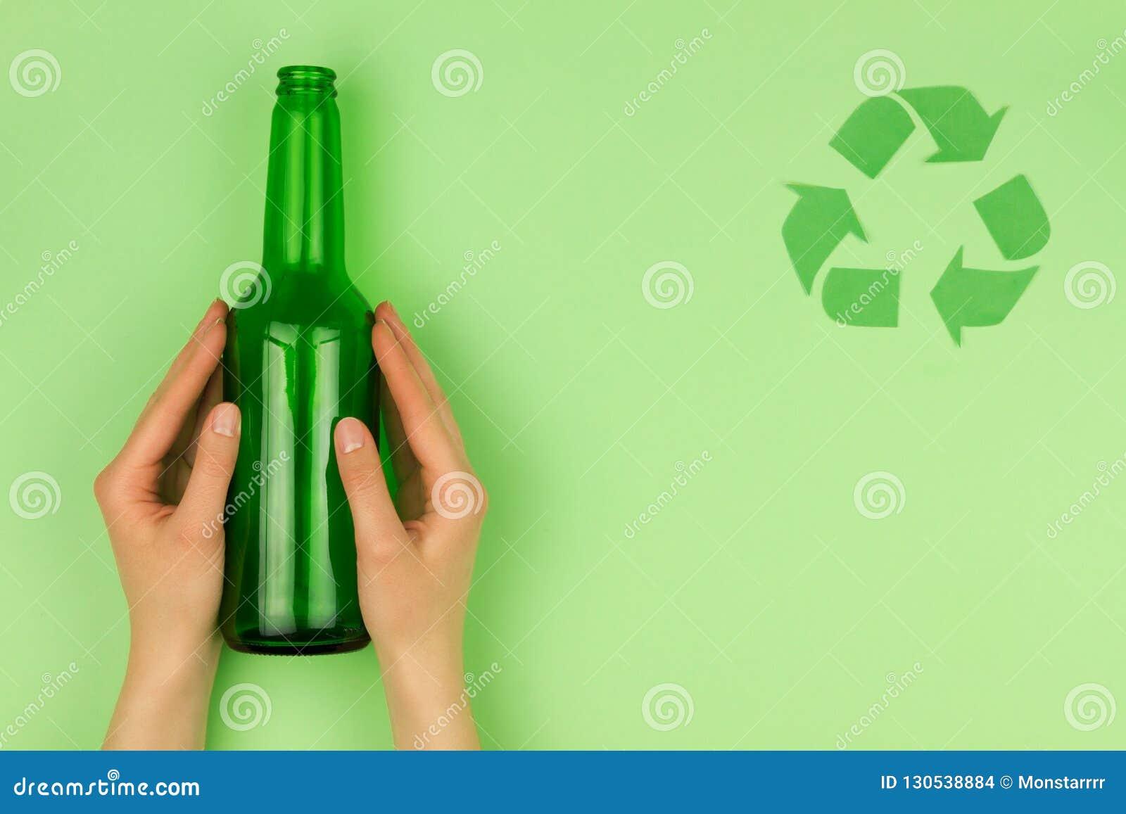 Het groene kringloopsymboolteken symboliseert het kringloopconcept van het afvalhergebruik
