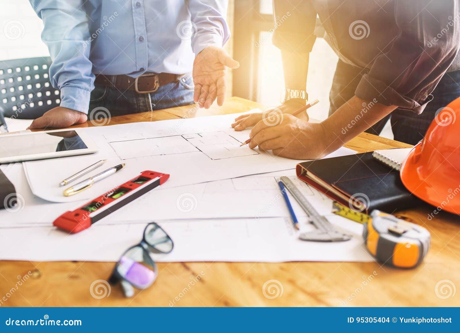 Het groepswerkvergadering van de architectuurtechniek op het werk om D te plannen