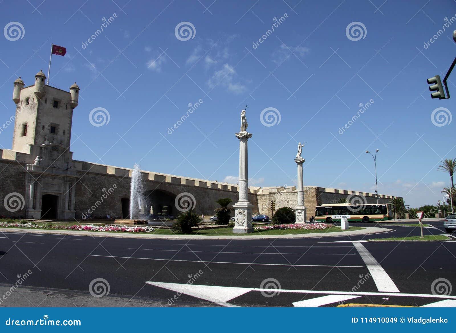 Het Grondwetsvierkant is één van de belangrijkste vierkanten van Cadiz Op dit is vierkant de beroemde Aarden Poort en Aardetoren