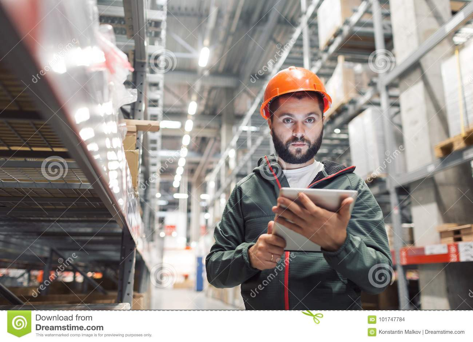 In het groot, logistisch, mensen en de uitvoerconcept - manager of supervisor met tablet bij pakhuis